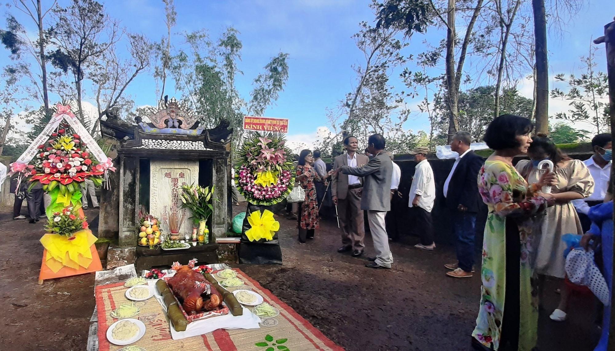 Viếng hương mộ cụ Nguyễn Tường Vân. Ảnh: NHAN  DUY