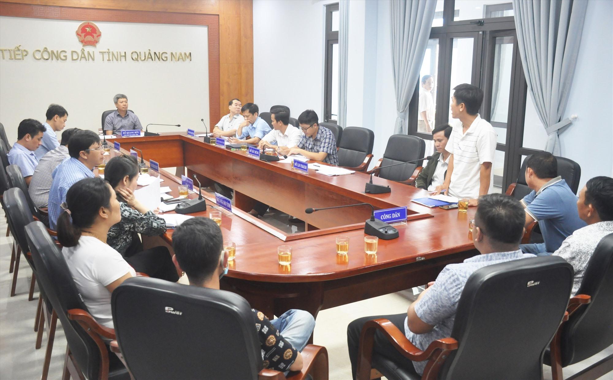 Phó Chủ tịch UBND tỉnh Hồ Quang Bửu tiếp các hộ mua đất nền dự án An Cư 1 của chủ đầu tư Bách Đạt An sáng nay 24.11. Ảnh: N.Đ