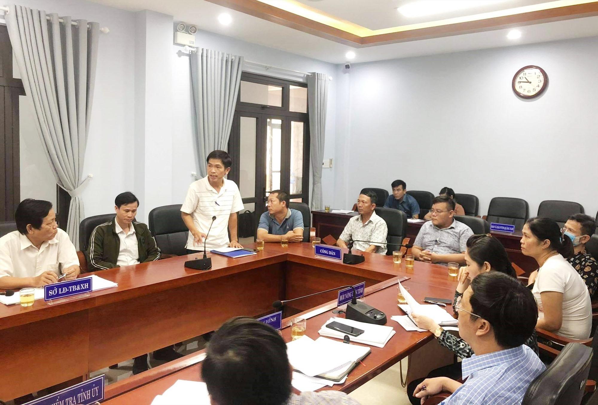 """Đại diện 9 hộ dân mua đất dự án An Cư 1 trình bày nội dung đơn """"kêu cứu"""" đến lãnh đạo UBND tỉnh. Ảnh: N.Đ"""