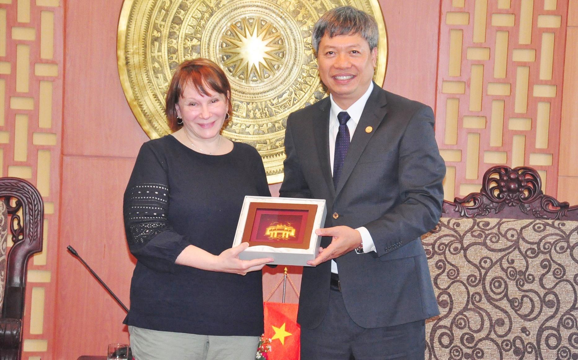 Phó Chủ tịch UBND tỉnh Hồ Quang Bửu tặng quà cho bà Ann Marie Yastishock - Giám đốc USAID tại Việt Nam. Ảnh: VINH ANH