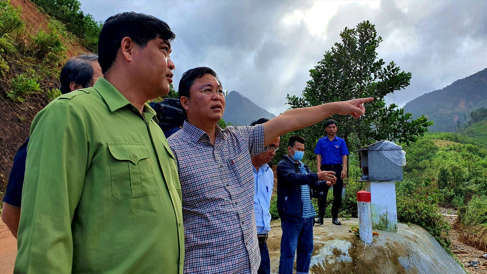 Kiểm tra hiện trường sạt lở ở xã Phước Kim. Ảnh: T.C