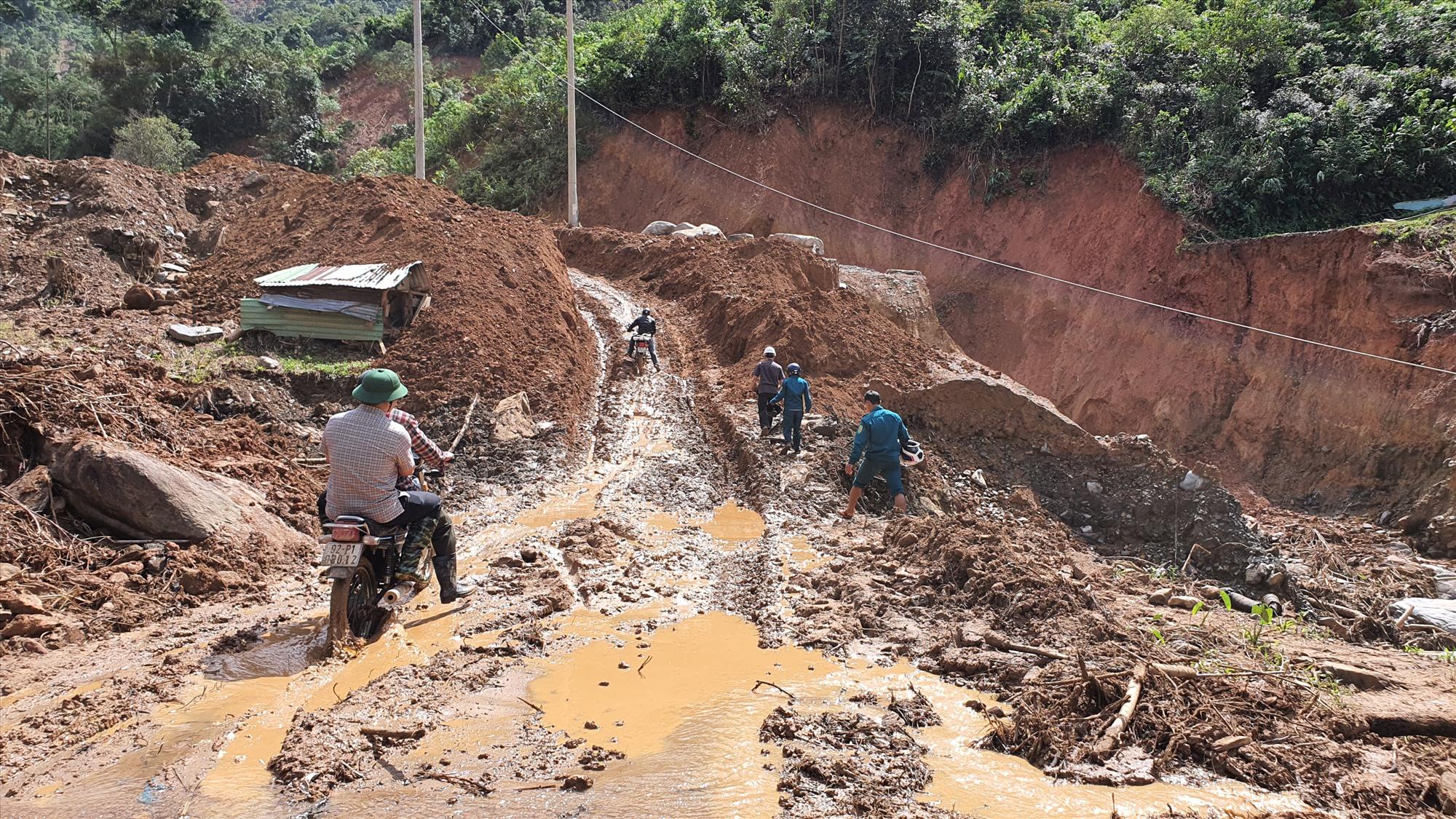 Hiện tuyến đường từ Phước Thành vào Phước Lộc vẫn mới chỉ thông tạm thời cho xe máy, các phương tiện khác vẫn chưa thể vào địa bàn xã này. Ảnh: T.C