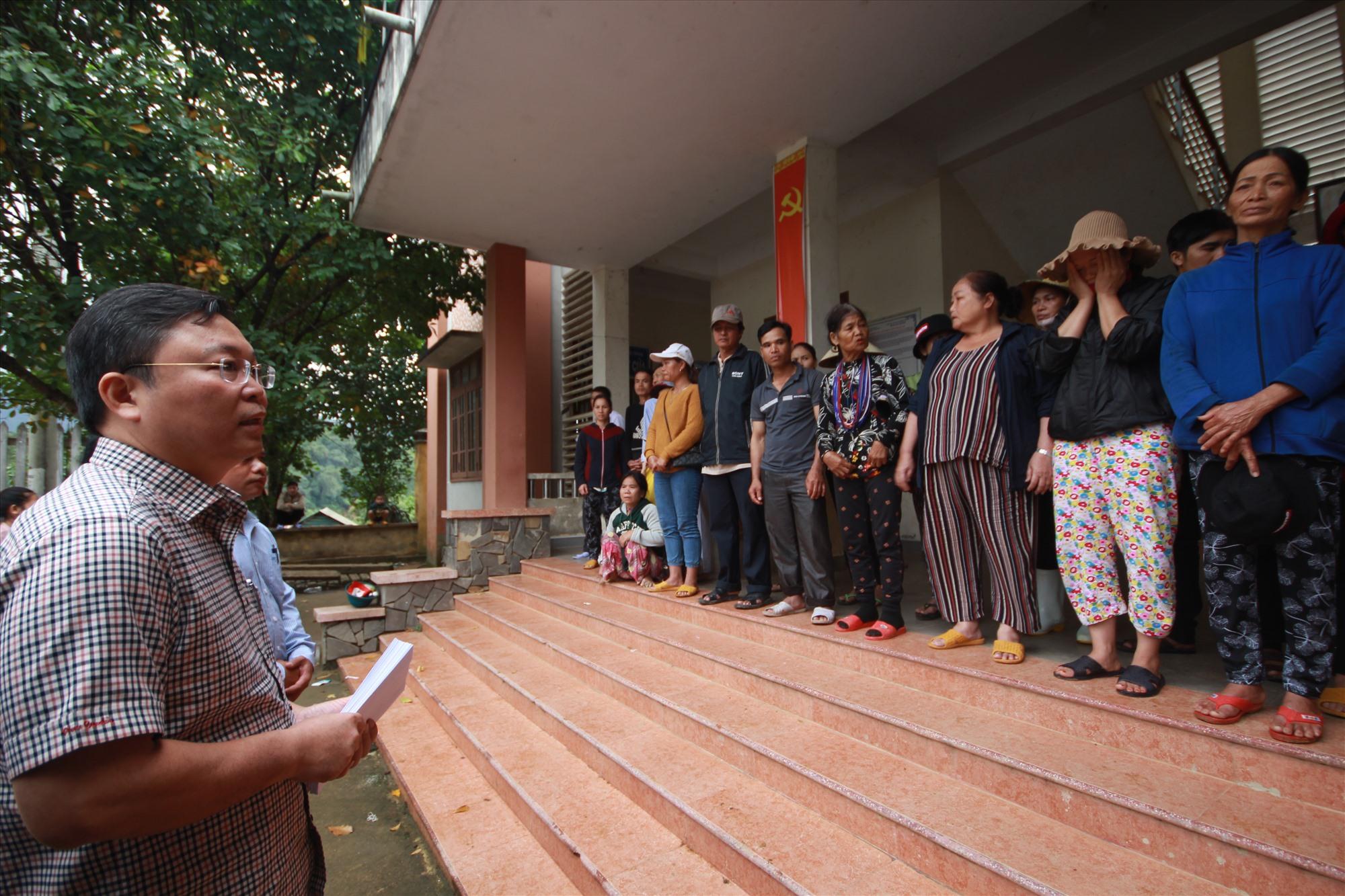 Chủ tịch UBND tỉnh Lê Trí Thanh dành nhiều lời chia sẻ, động viên trước những mất mát của các hộ dân bị thiệt hại hoàn toàn nhà cửa ở xã Phước Thành. Ảnh: T.C