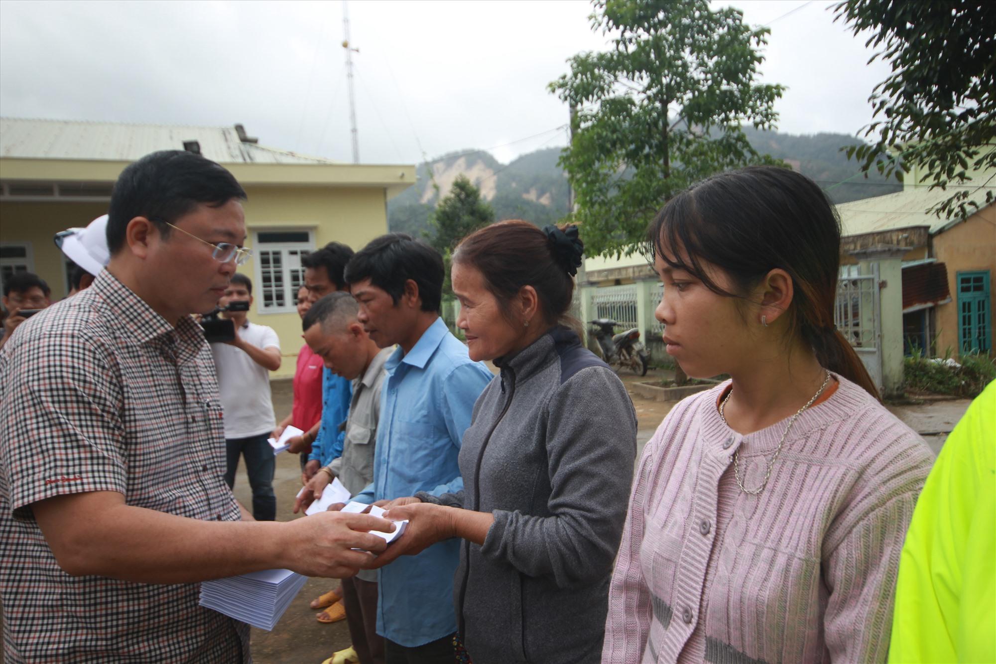 Tặng quà cho các hộ gia đình bị thiệt hại do bão lũ ở xã Phước Lộc. Ảnh: T.C