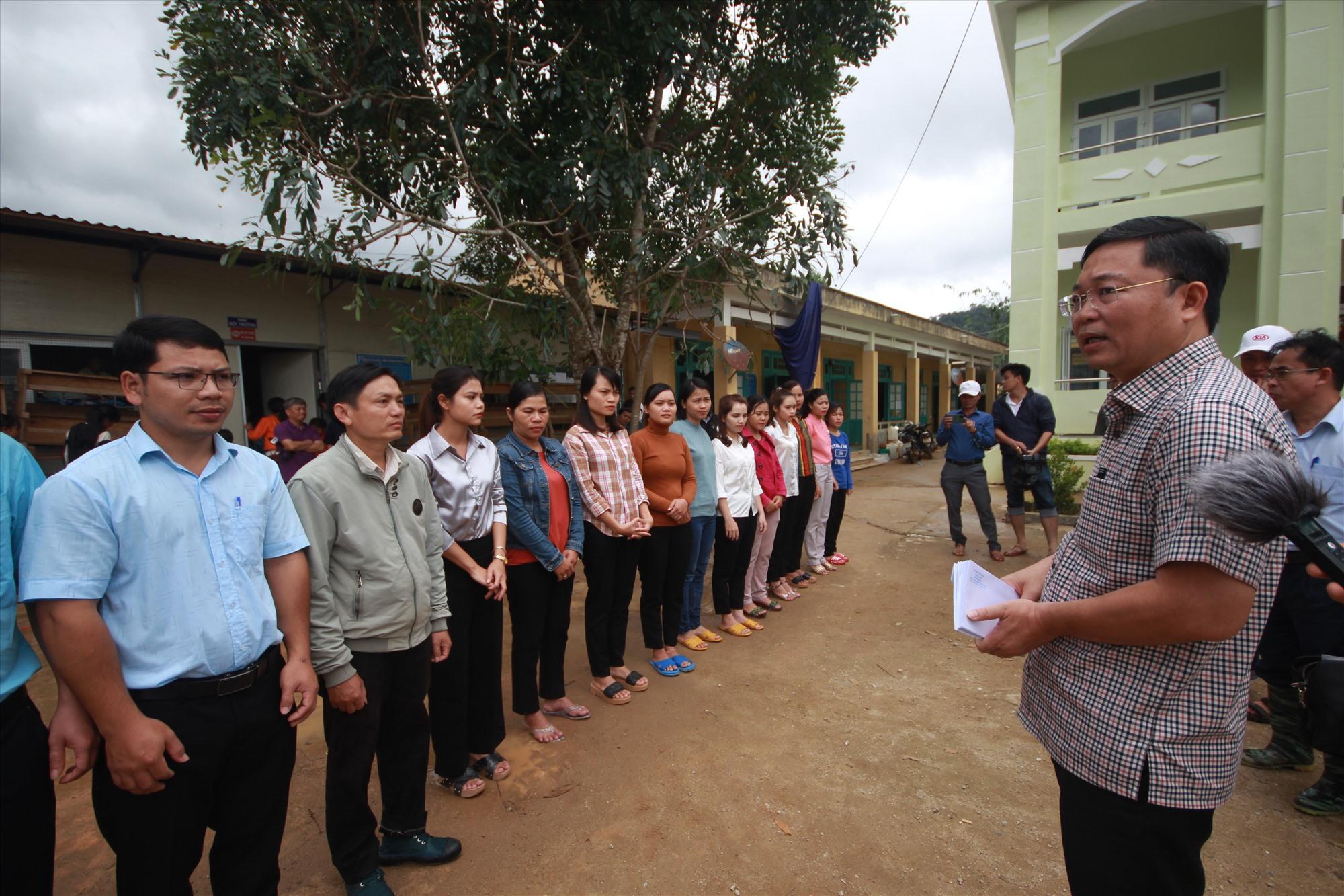 Chủ tịch UBND tỉnh Lê Trí Thanh gặp gỡ, động viên các thầy cô giáo trường Phổ thông dân tộc bán trú Tiểu học và THCS Phước Lộc. Ảnh: T.C
