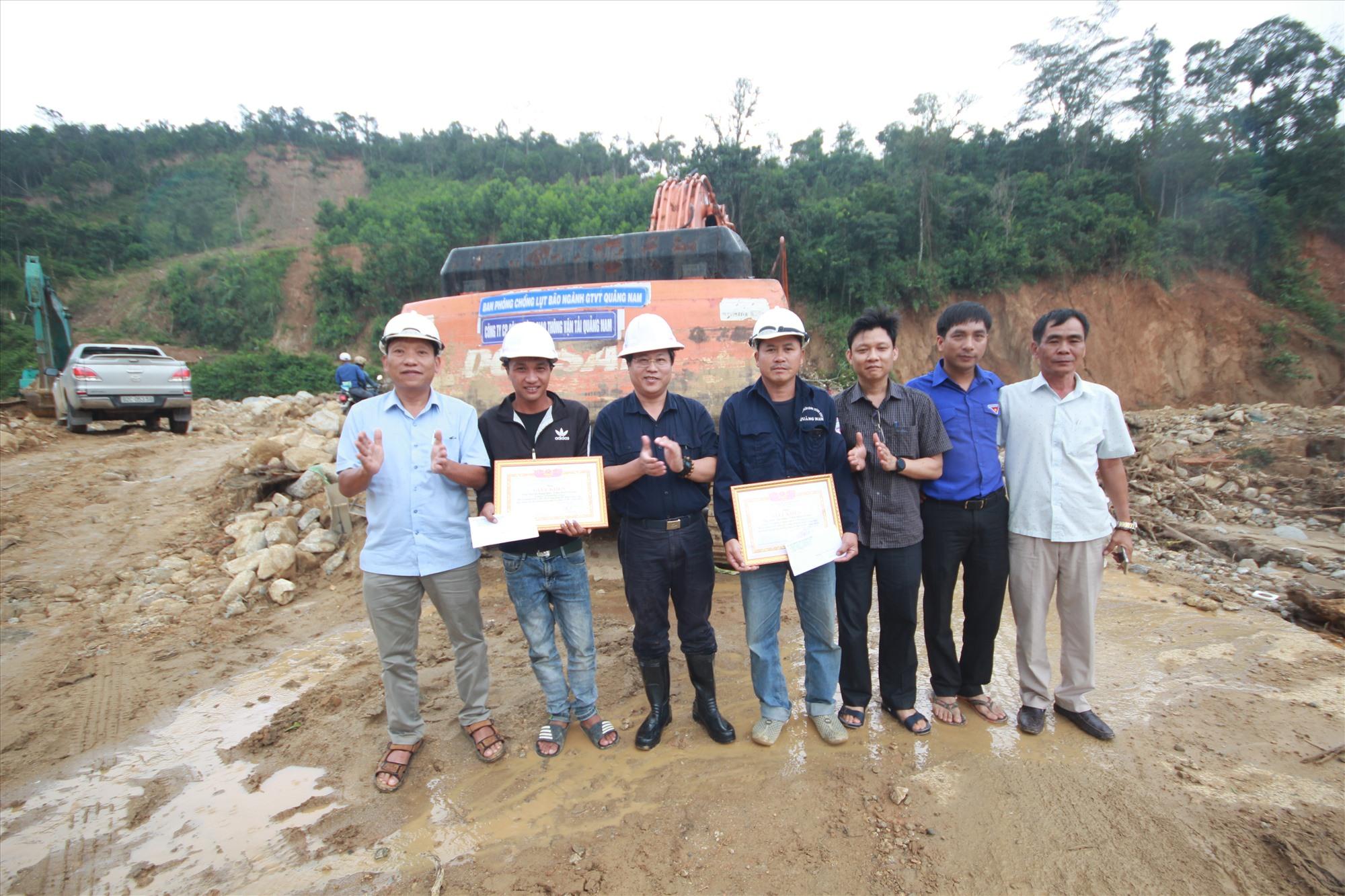 Ông Văn Anh Tuấn - Giám đốc Sở GTVT tặng giấy khen cho các đơn vị tham gia tích cực trong công tác thông tuyến giao thông vào Phước Thành. Ảnh: T.C