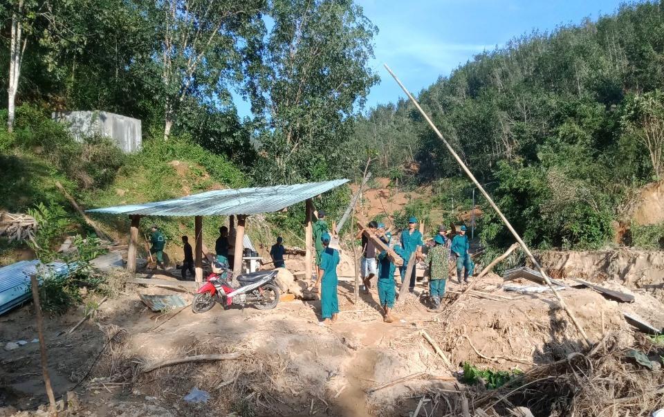 Bí thư Chi bộ thôn 2 - Phạm Xuân Nghĩa huy động dân quân, thanh niên giúp dựng tạm nhà ở cho một hộ dân bị sập nhà tại làng Tắk Ốc. Ảnh: VĂN BÌNH