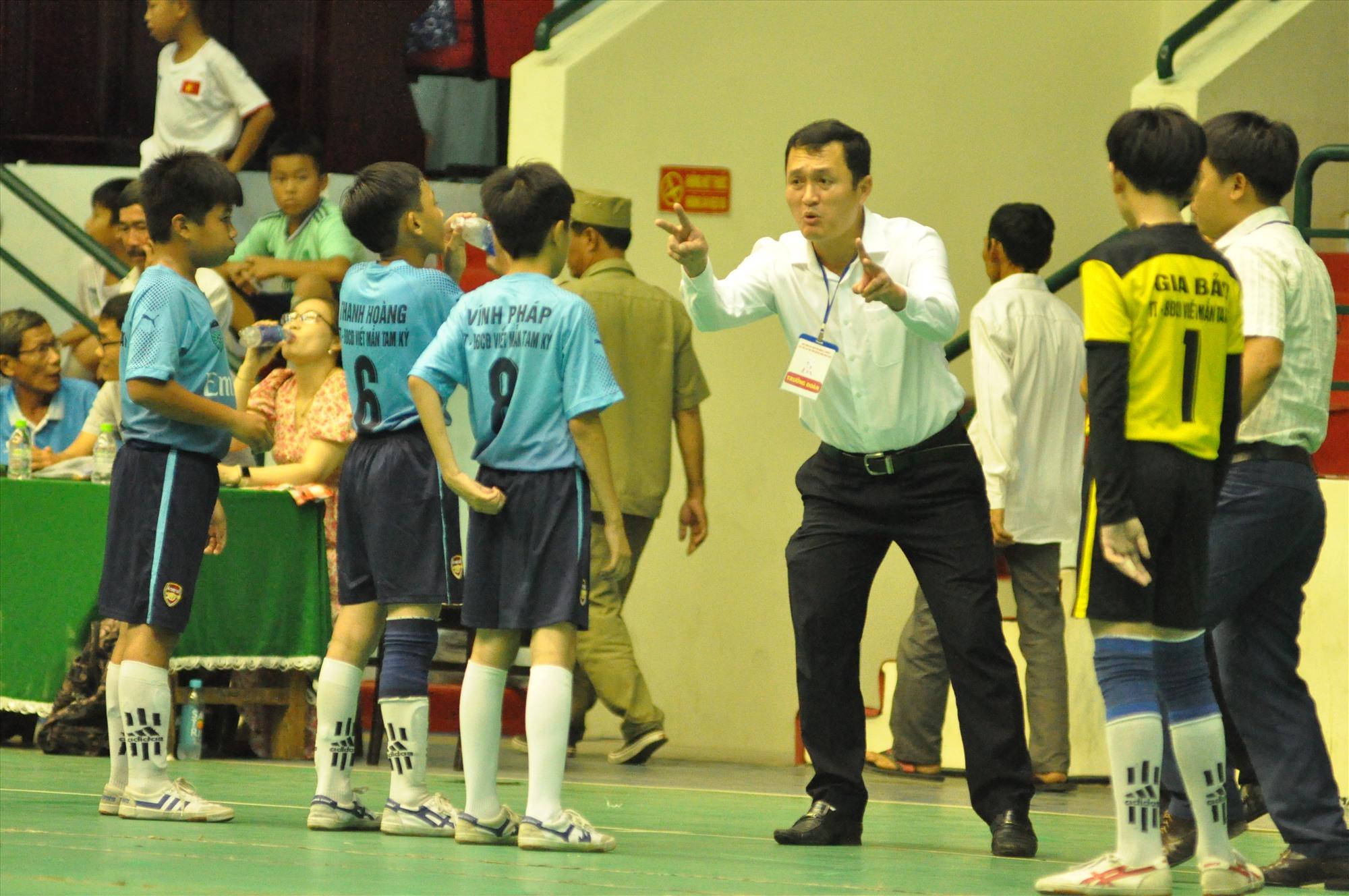 Cựu cầu thủ đội Quảng Nam Mai Hữu Toàn chỉ đạo đội Tam Kỳ 2. Ảnh: X.P