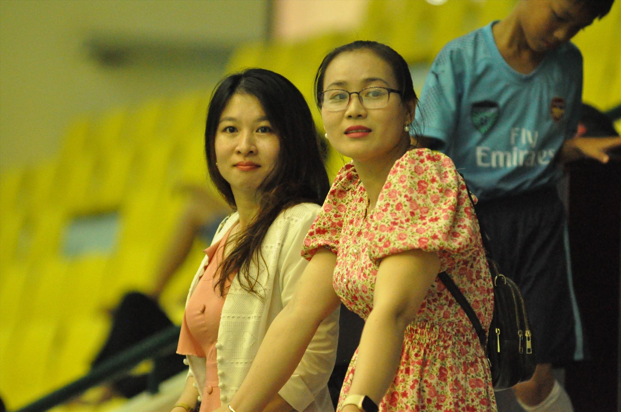 Trên khán đài, rất đông người hâm mộ, khán giả kể cả bậc phụ huynh đến sân theo dõi, động viên con thi đấu. Ảnh: X.P
