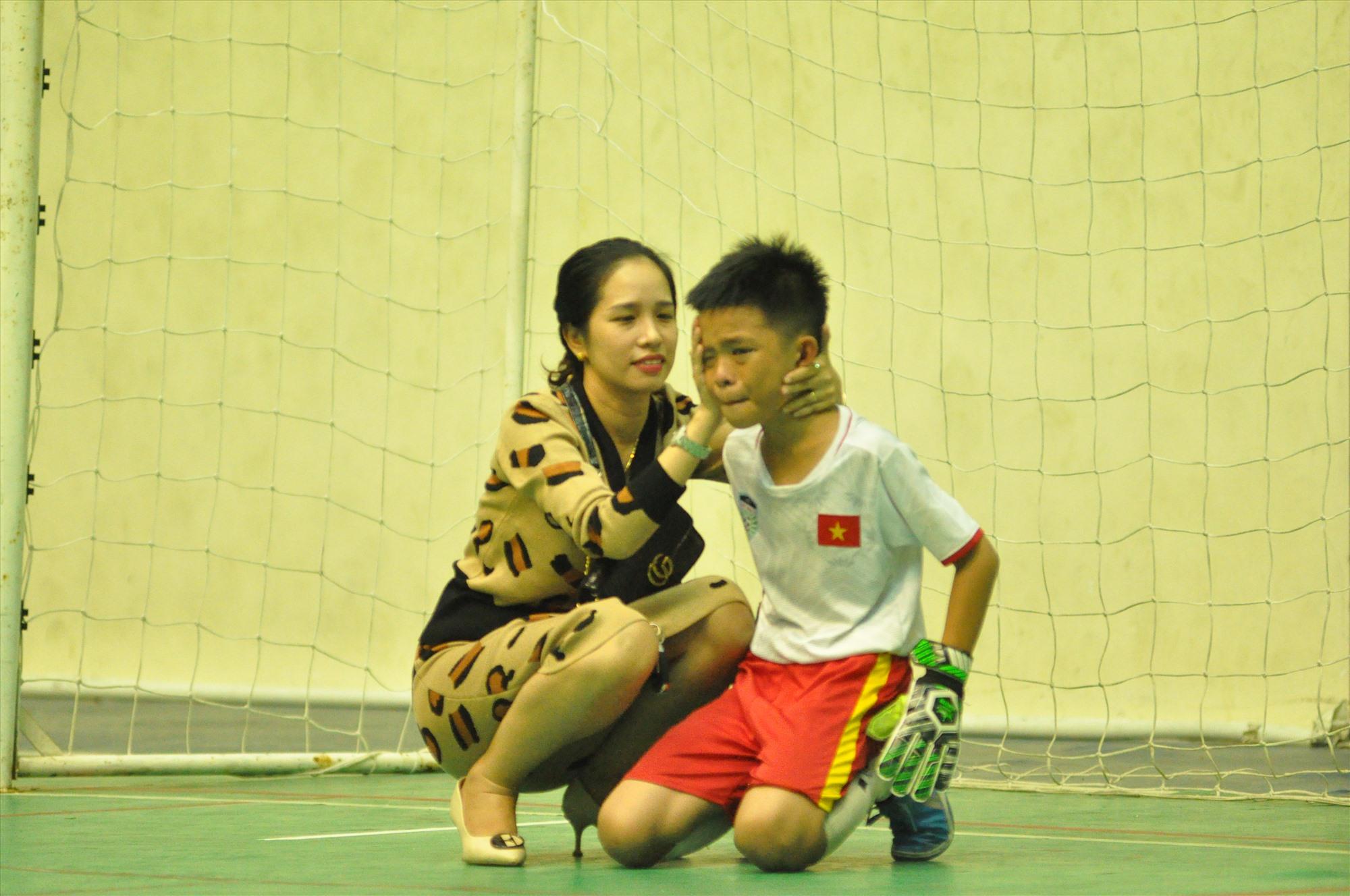 Thủ môn đội Tam Kỳ 1 khóc nức nở và được mẹ an ủi sau trận chung kết. Ảnh: X.P