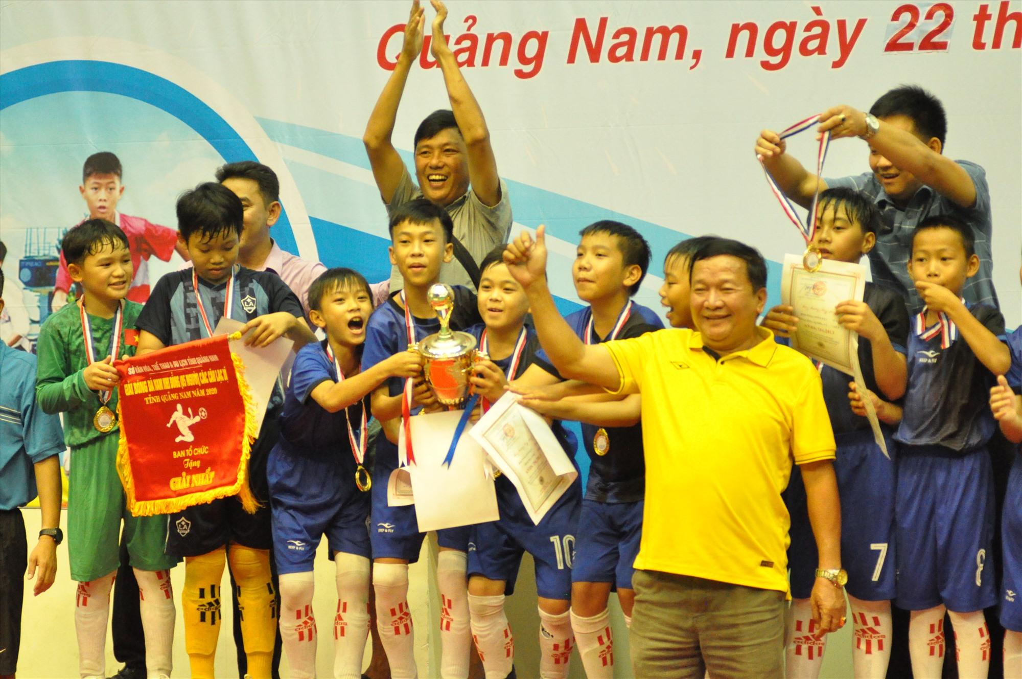 Niềm vui đoạt chức vô địch của lãnh đạo và các cầu thủ nhí Thăng Bình. Ảnh: X.P