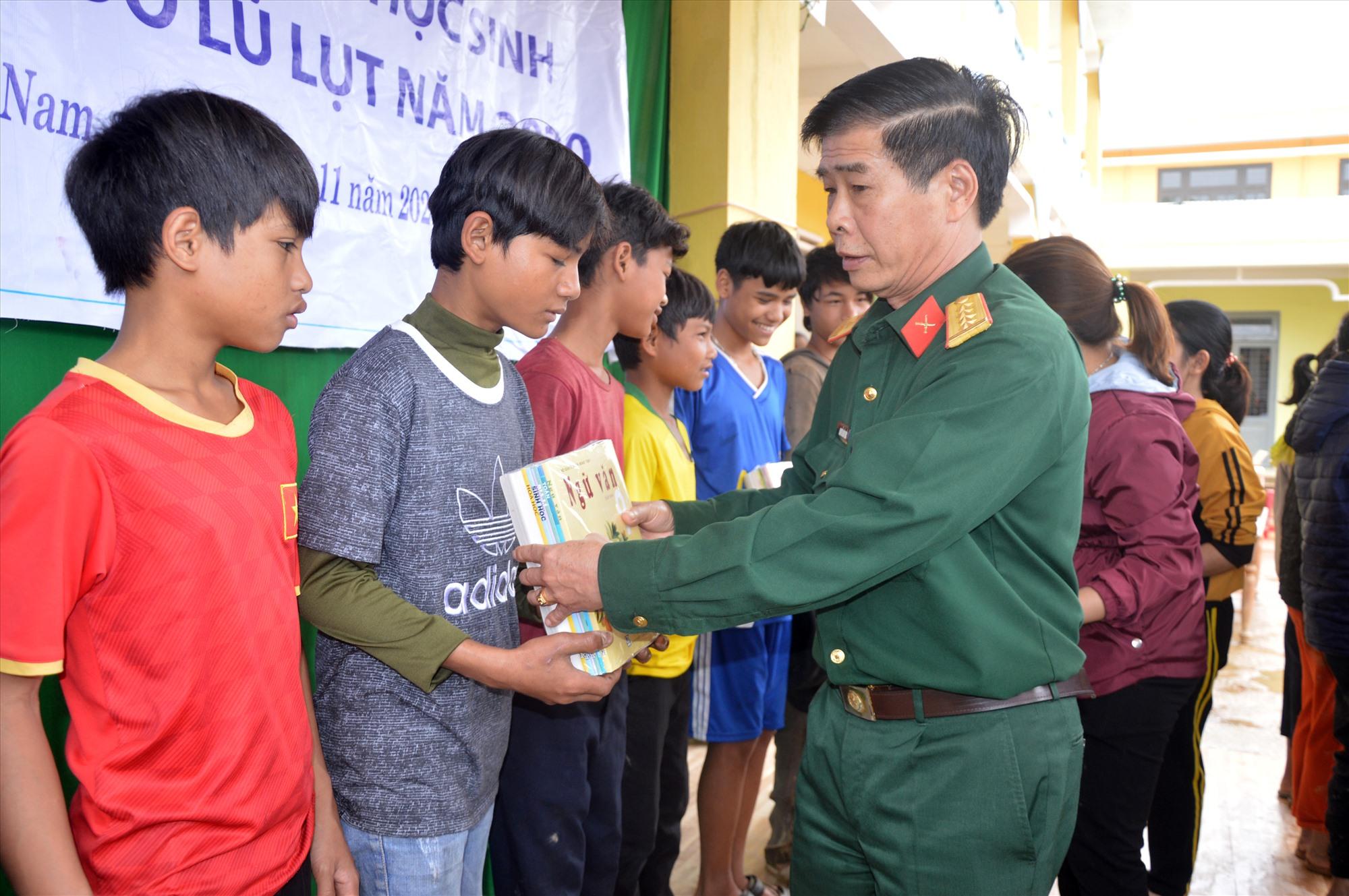 Đại tá Nguyễn Hữu Thức, Phó Chính ủy Bộ CHQS tỉnh trao tặng sách cho học sinh.