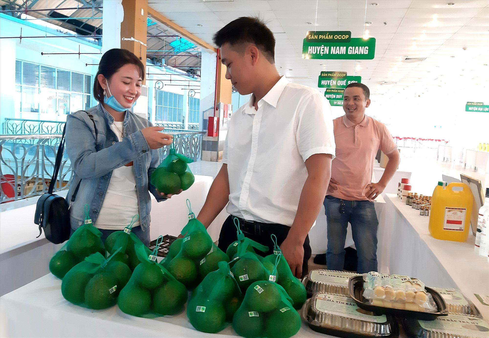 Hợp tác xã Nông nghiệp Trà Dương mong các đơn vị liên quan hỗ trợ đưa sản phẩm cam sành vào bày bán tại các siêu thị và những cửa hàng cung ứng trái cây ăn quả sạch. Ảnh: S.V