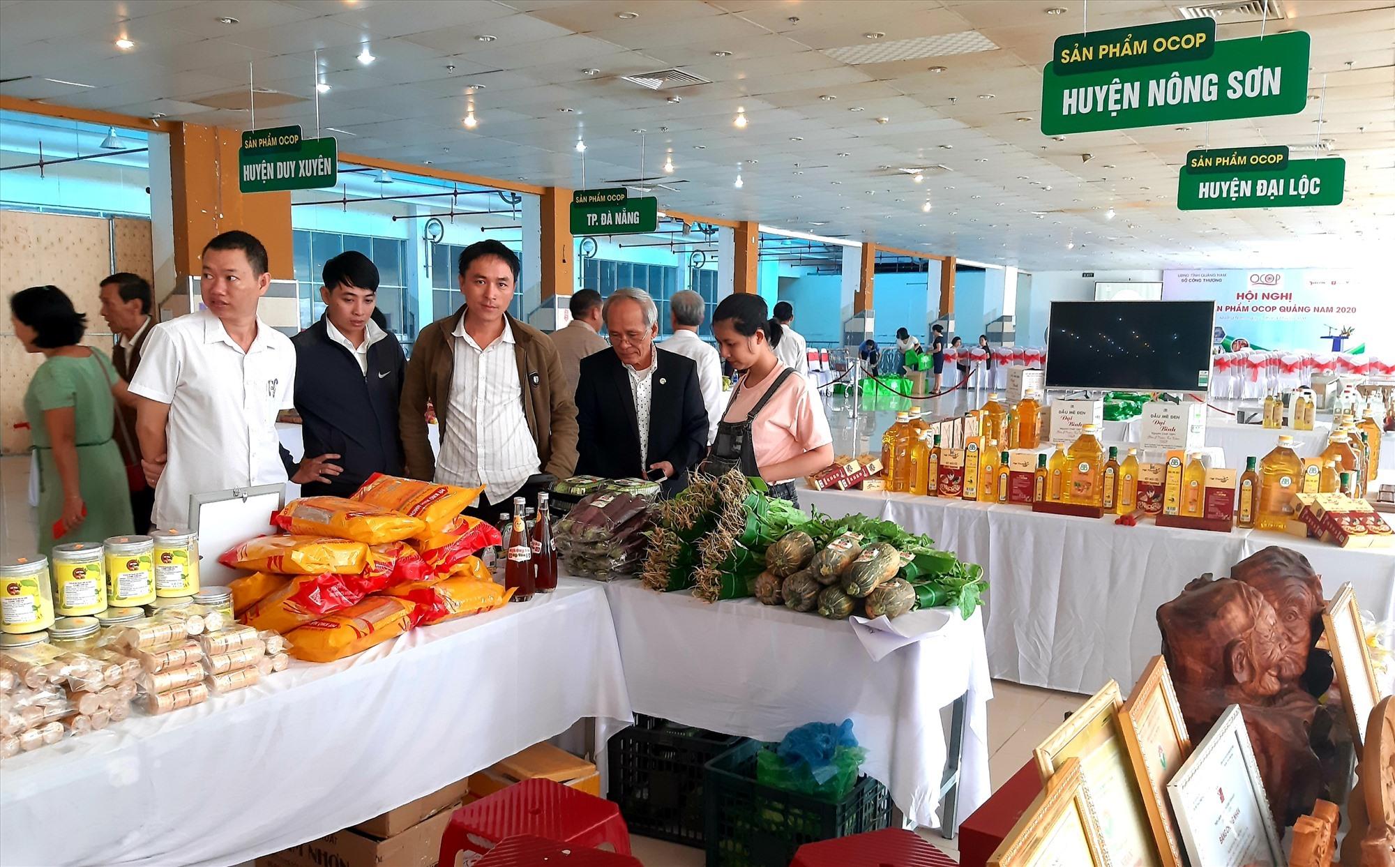 Nhiều sản phẩm OCOP tham gia trưng bày tại hội nghị. Ảnh: S.V