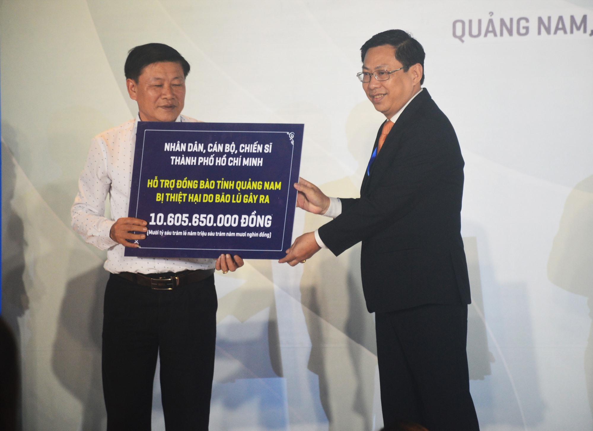 Đại diện lãnh đạo TP.Hồ Chí Minh trao biển tượng trưng số tiền hơn 10,6 tỷ đồng ủng hộ đồng bào Quảng Nam. Ảnh: T.L