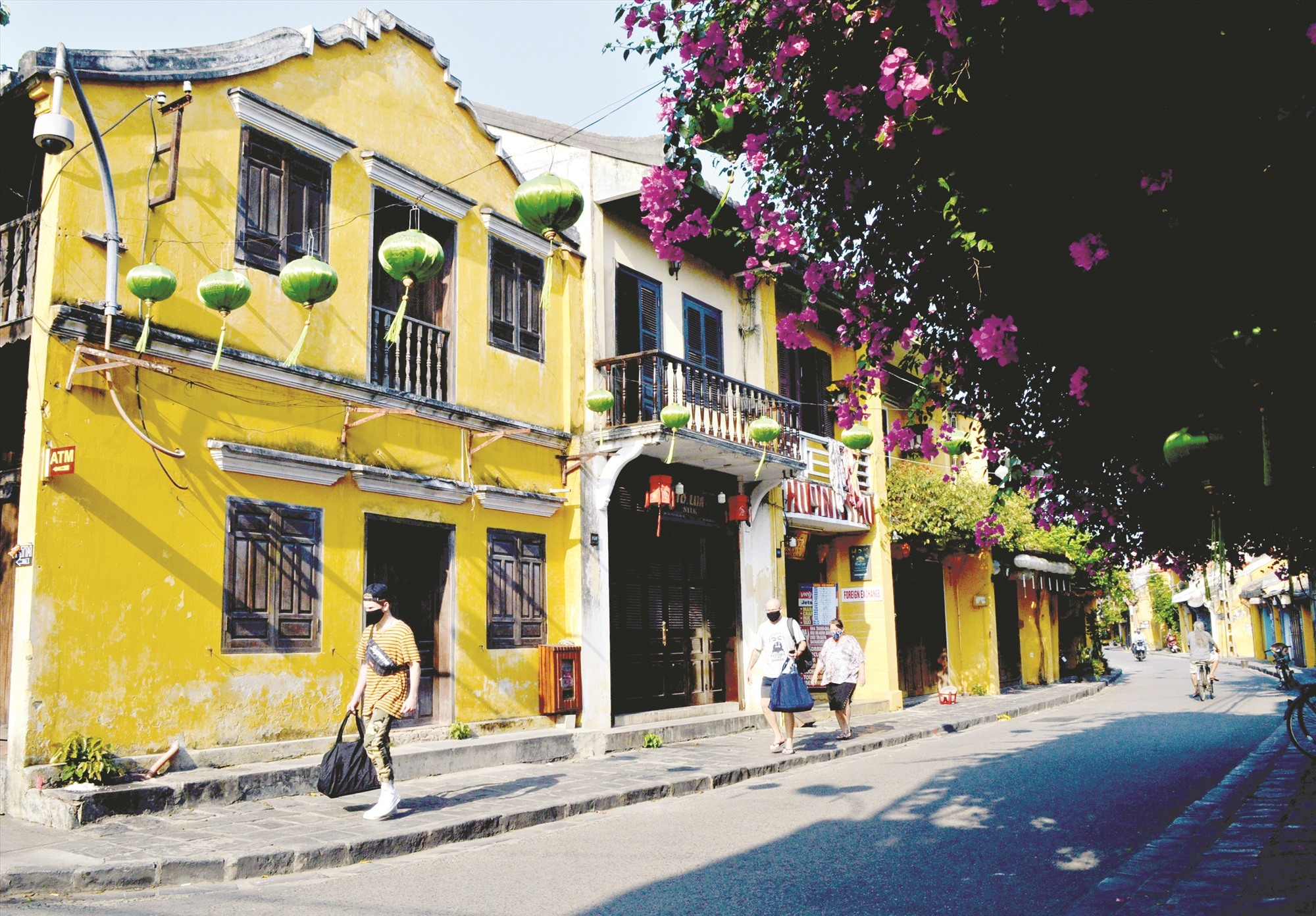 Tourists in Hoi An city wearing masks to prevent Covid-19 infection