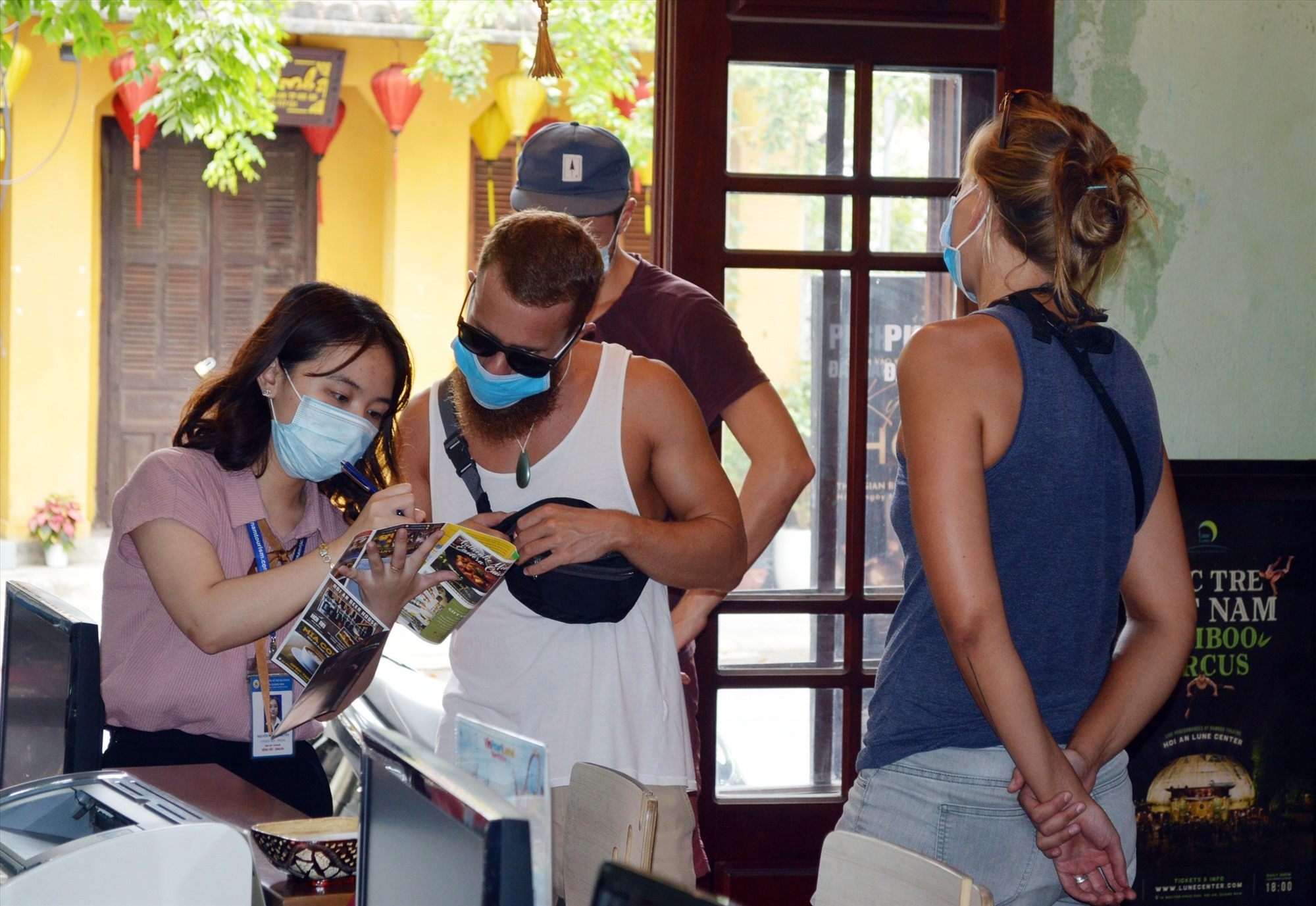 Foreign tourists learn about Quang Nam safe tourism information in the context of the Covid-19 pandemic.