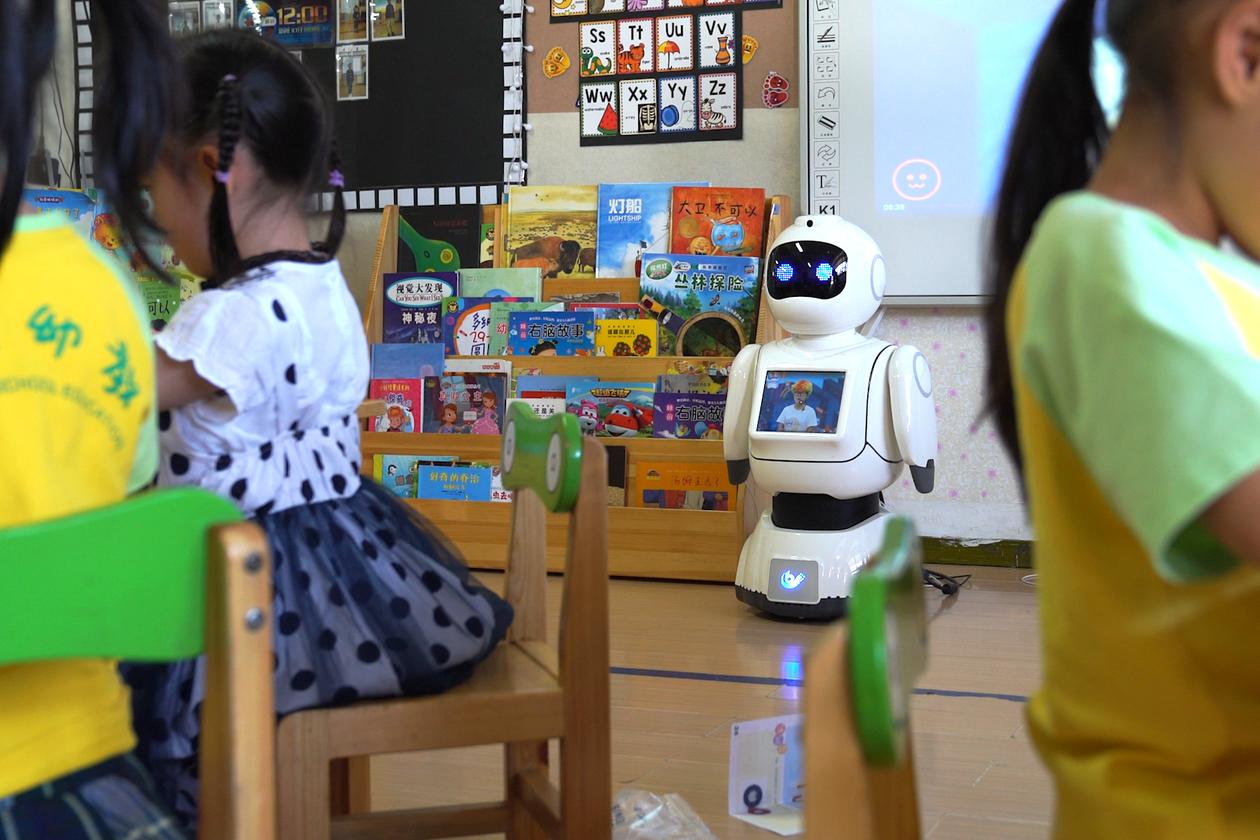 Một robot hỗ trợ giáo viên quản lý và phân tích hành vi học sinh tại trường tiểu học ở Chiết Giang, Trung Quốc. Ảnh: FLYAPS.