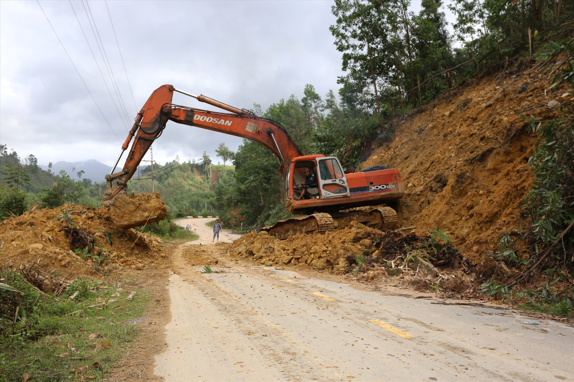 Ngày 25/11, Công ty Cổ phần Xây dựng Giao thông Quảng Nam, đơn vị quản lý quốc lộ 40B, tiếp tục cho phương tiện cơ giới thu dọn đất đá sạt lở xuống đường.