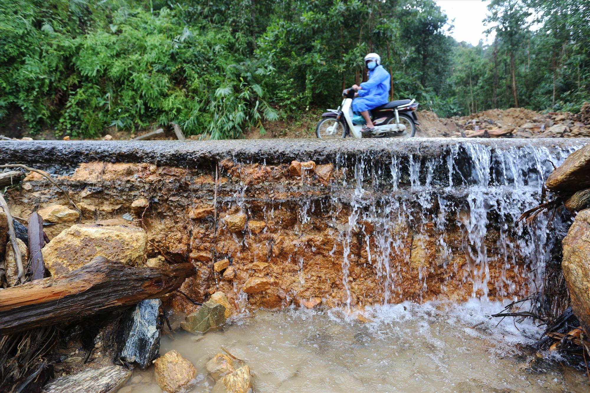Đất đá, cây cối, nước tràn xuống đường được đơn vị quản lý thu dọn tạo lối đi, sau khi tuyến thì tiến hành khắc phục, sửa chữa trả lại hiện trạng như xưa.