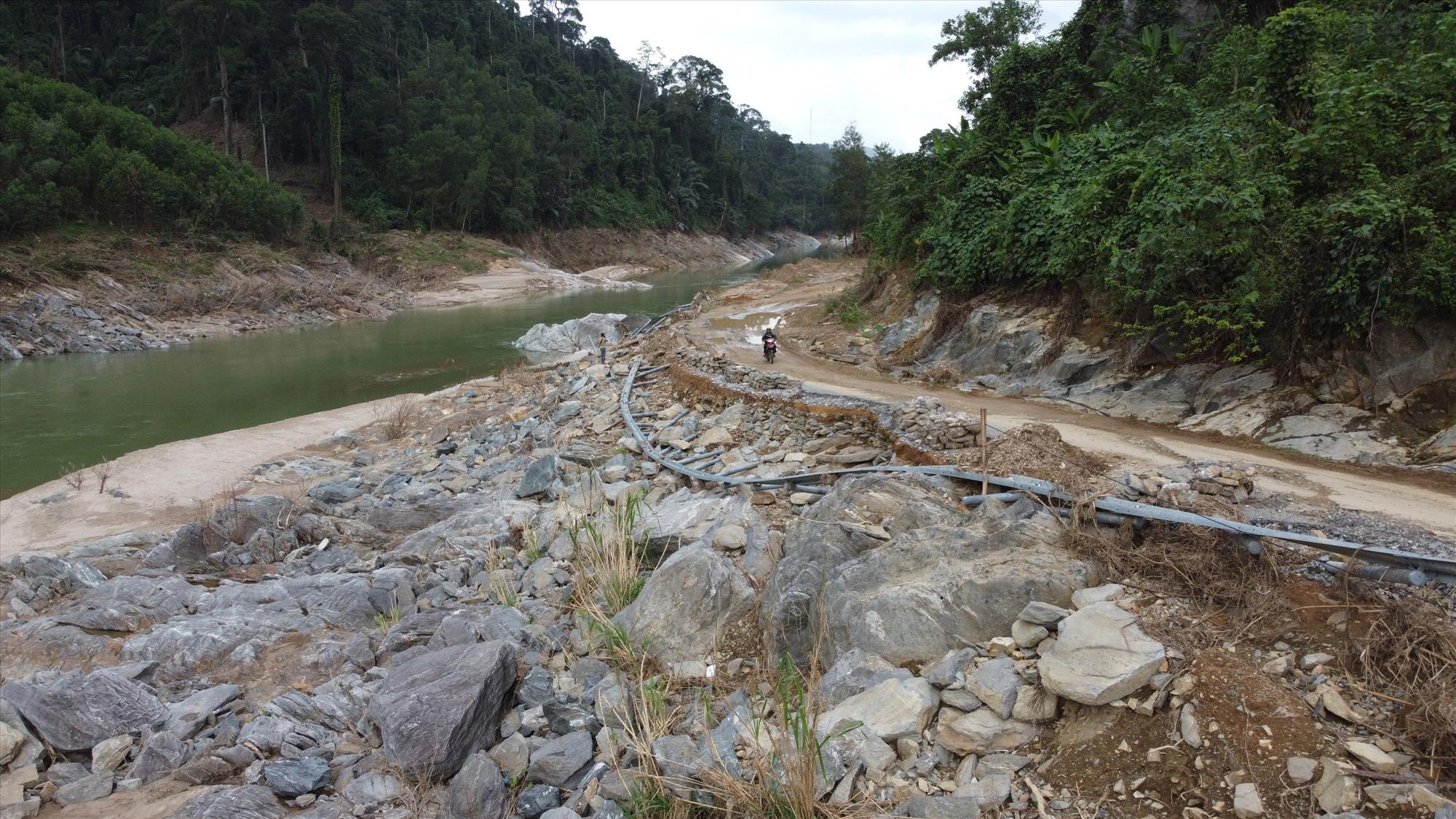 Đơn vị quản lý quốc lộ 40B cho biết, hiện khối lượng công việc còn nhiều, dự kiến đến ngày 15/12 sẽ khôi phục hết các vị trí đất đá sạt lở xuống mặt đường; các vị trí kè bên ta luy âm, nền đường bị hư hỏng đến đầu năm 2021 mới được khắc phục xong.