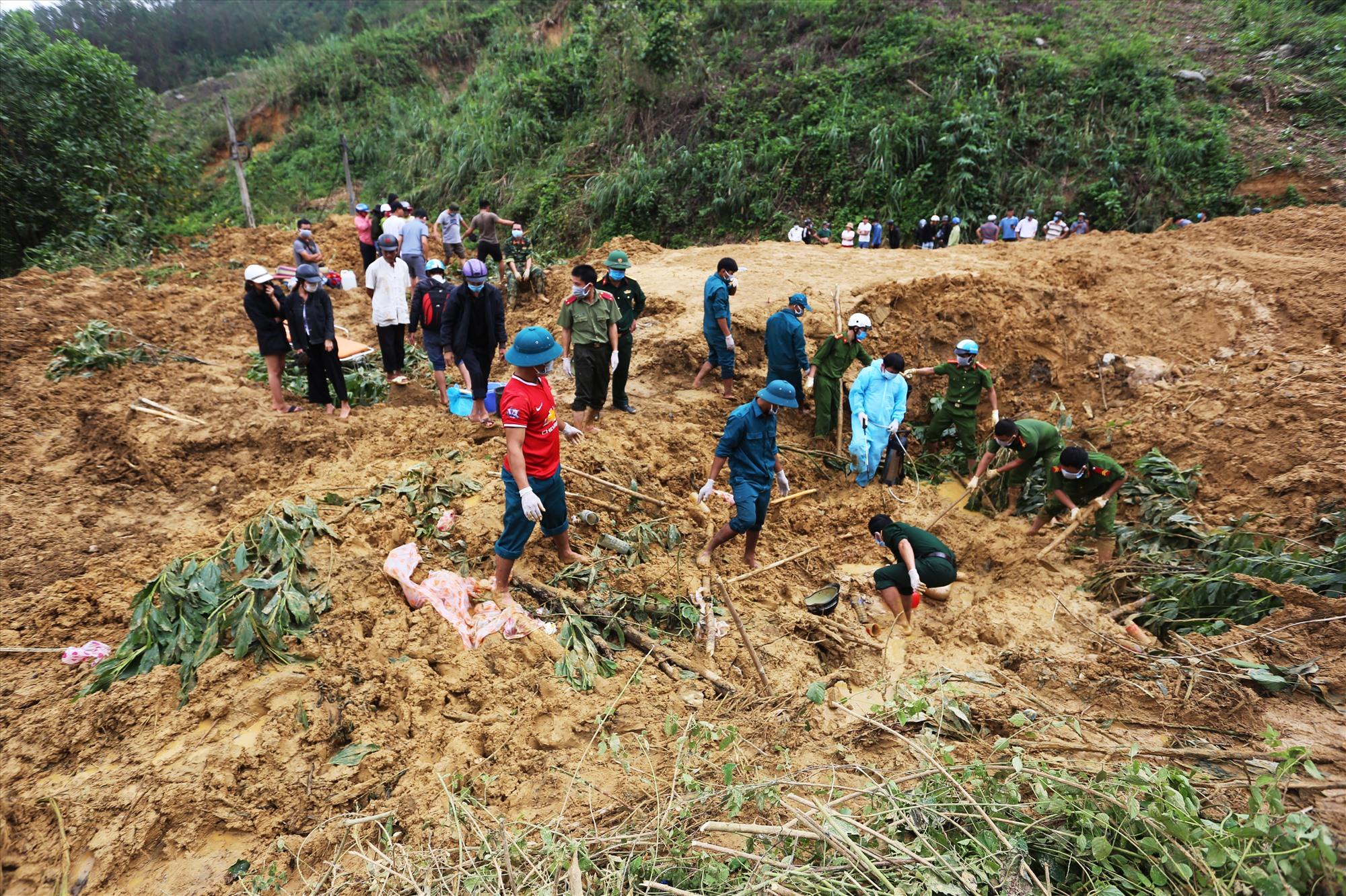 Trước đó chiều 11/11, đoạn qua xã Trà Tân, huyện Bắc Trà My, sạt lở vùi lấp một người. Năm ngày sau, cơ quan chức năng đào bới hơn 60.000 m3 đất đá, tìm thấy thi thể nạn nhân bị vùi lấp 2m, cách vị trí gặp nạn 30 m.