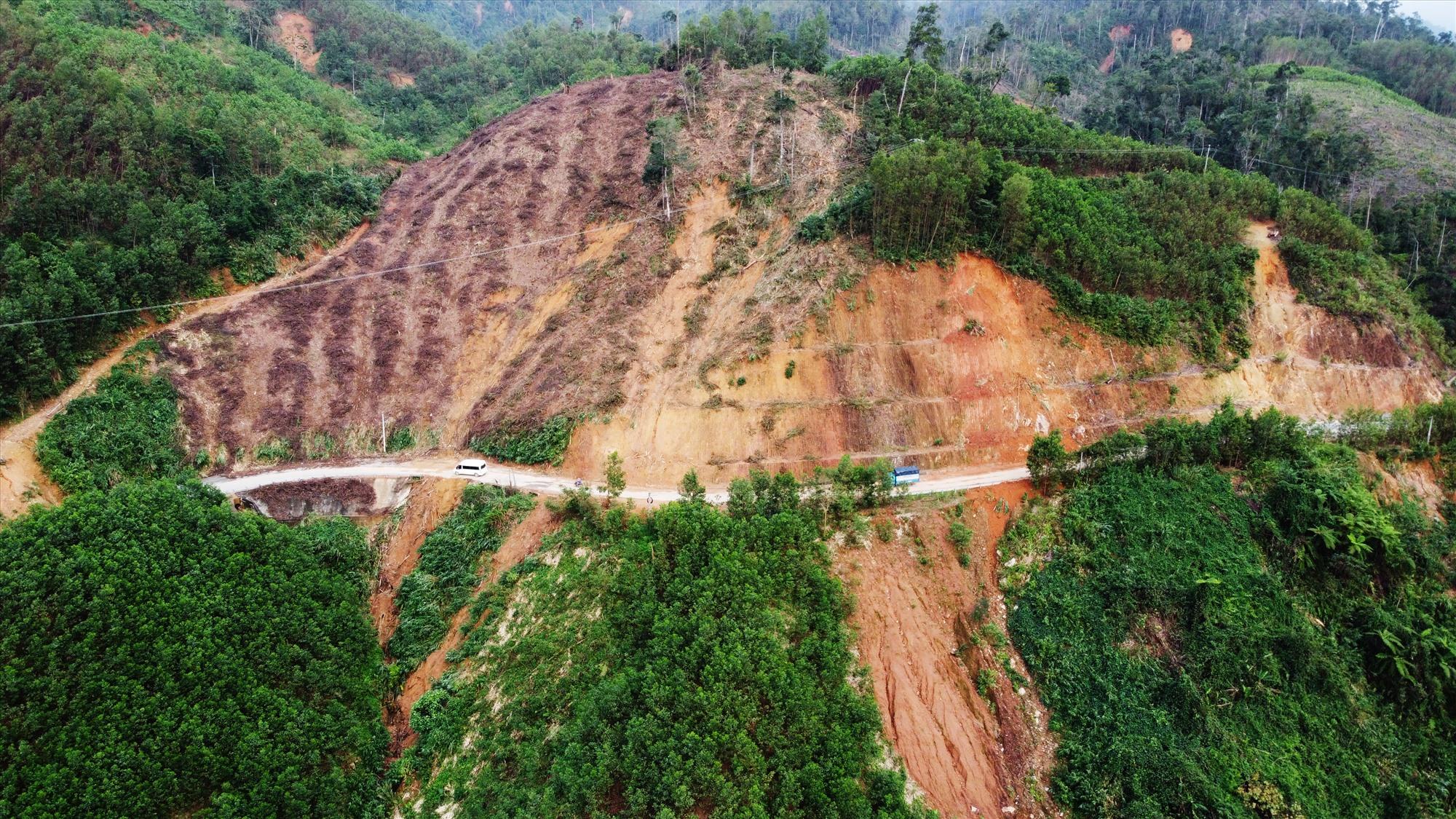 Quốc lộ 40B nối từ đường 1A tại TP Tam Kỳ đi các huyện trung du Phú Ninh, Tiên Phước và huyện miền núi Bắc Trà My, Nam Trà My đến tỉnh Kon Tum, dài 210 km. Trong đó, 70 km từ huyện Bắc Trà My đến hết Nam Trà My đi qua nhiều đồi núi thường xuyên bị sạt lở sau mưa bão.
