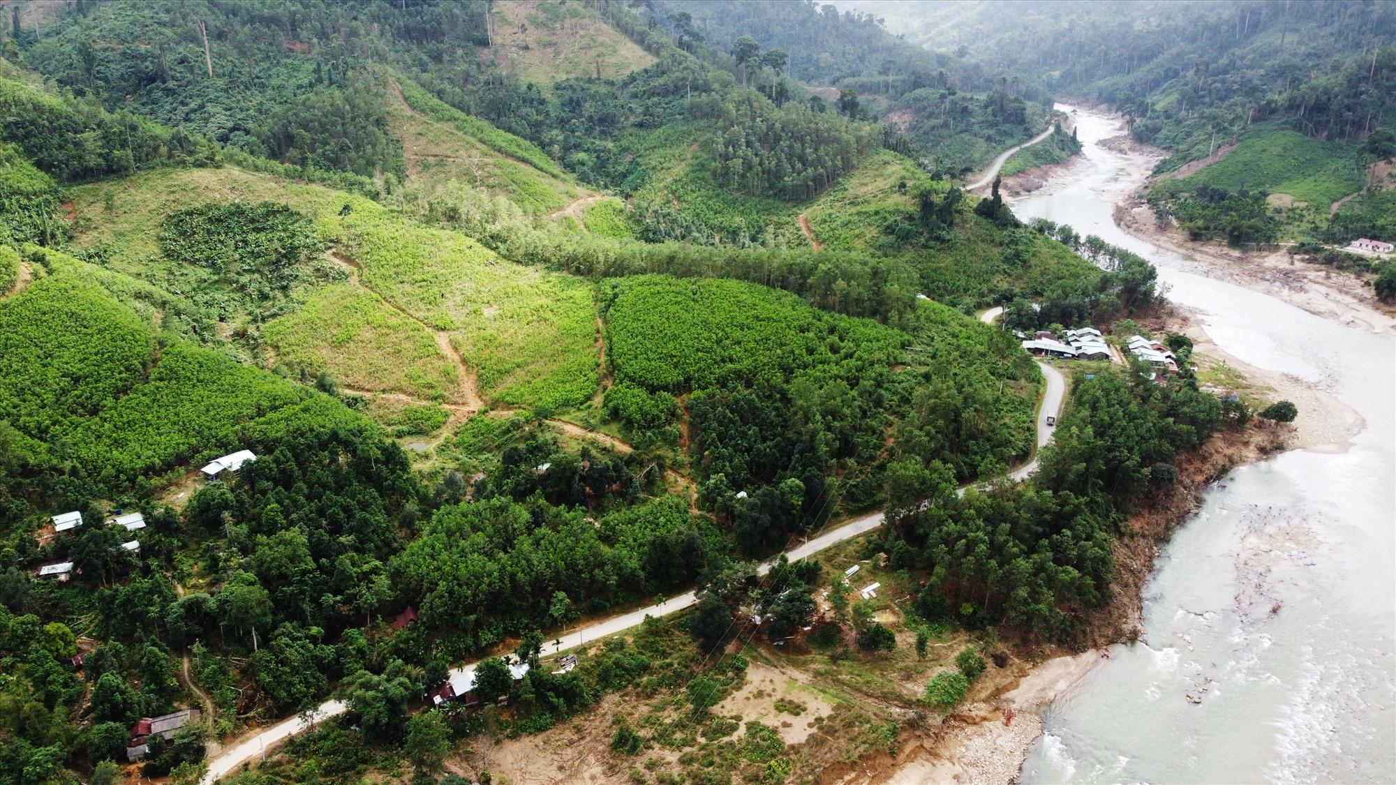 Quốc lộ 40B qua huyện Bắc Trà My và Nam Trà My chạy men theo lòng thủy điện sông Tranh 2 và sông Tranh. Đây là tuyến đường độc đạo đến huyện Nam Trà My, mỗi lần sạt lở người dân huyện miền núi này lại bị cô lập.