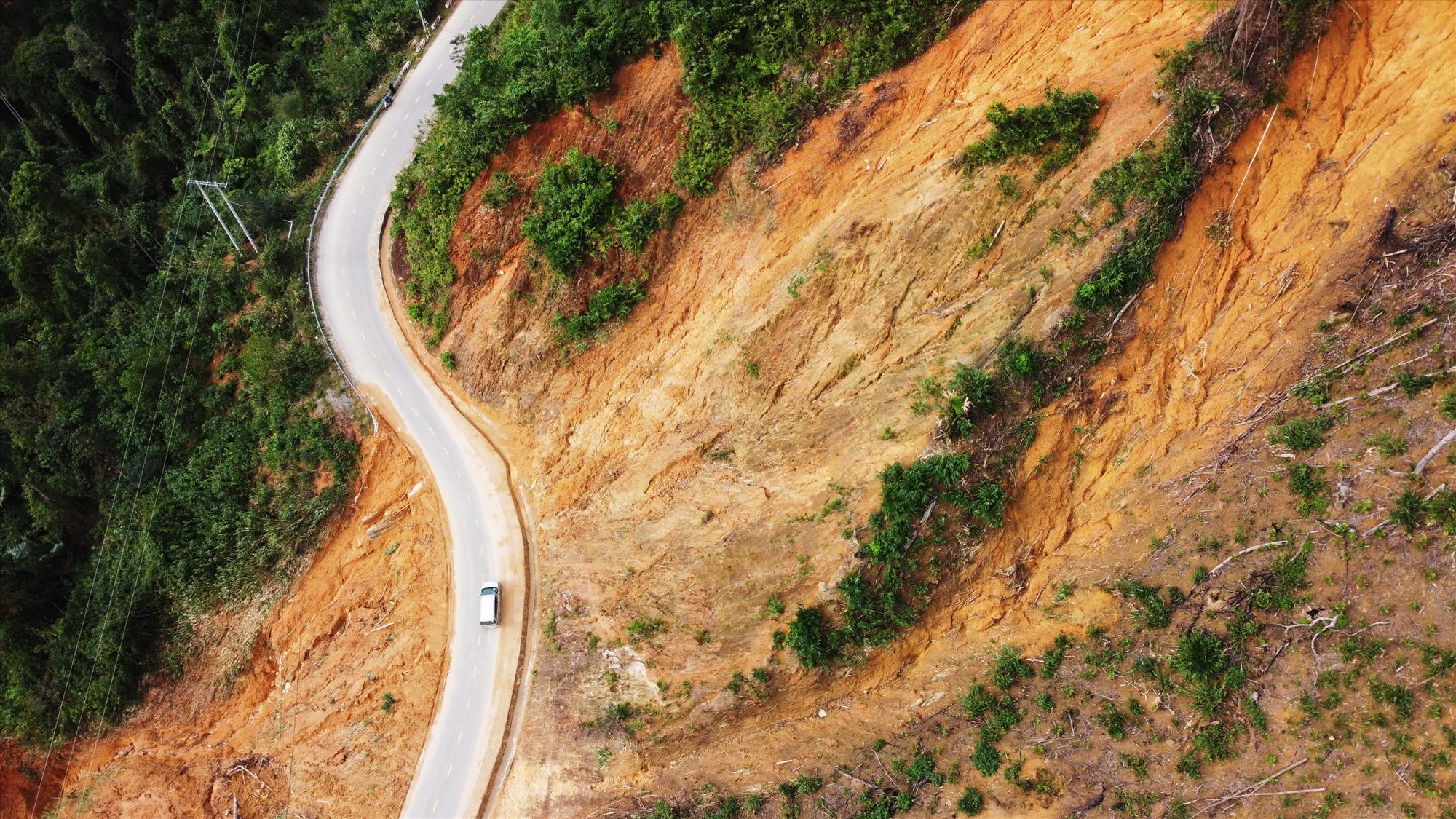 Một điểm sạt lở từ đỉnh núi tràn xuống đường khoảng 70 m đã được thu dọn, phương tiện qua lại bình thường.