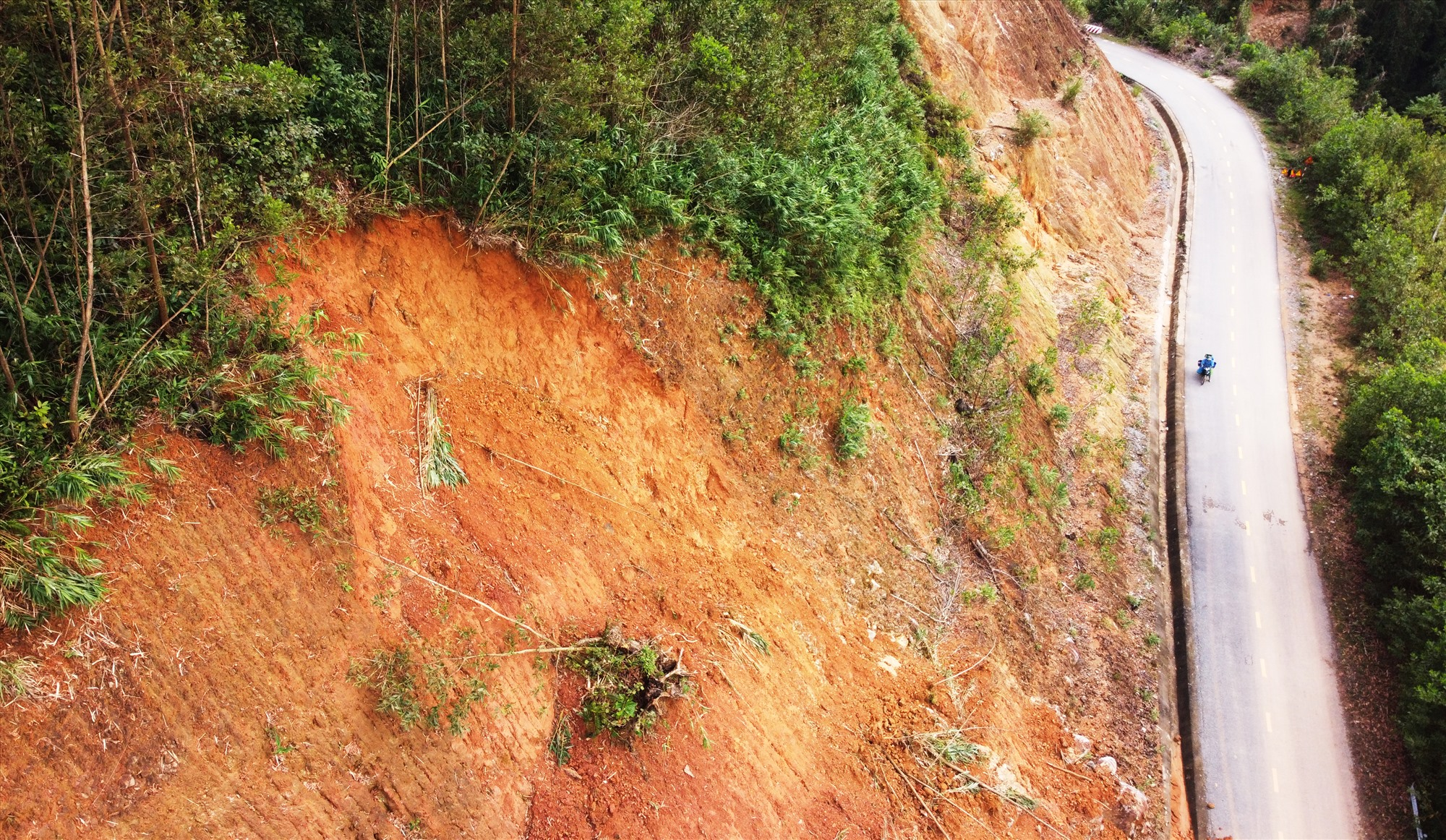 Nhiều đoạn đường ta luy dương cao 50 m, ta luy âm là vực sâu. Khu vực xung quanh được người dân trồng cây keo tràm, khi mưa xuống hay sạt lở.