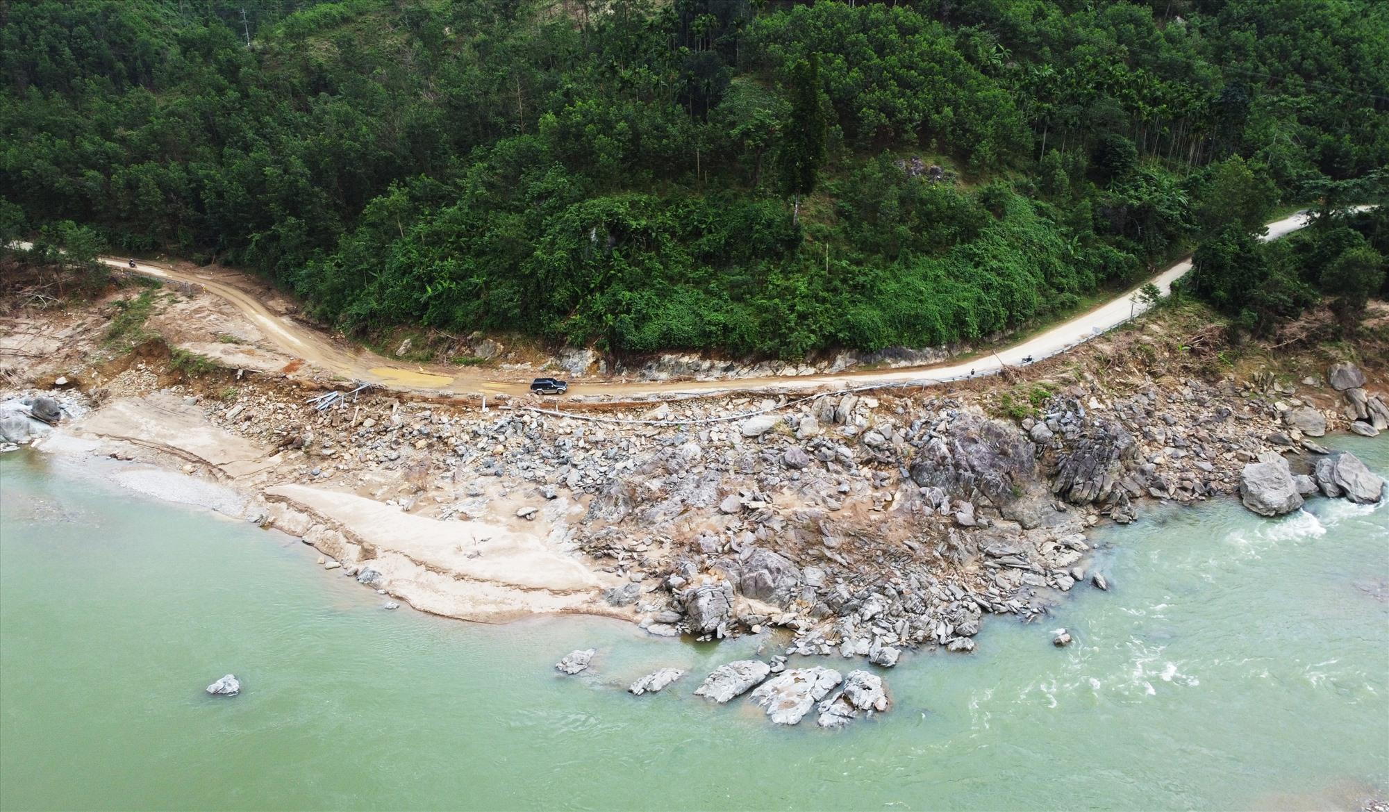 Km90 qua xã Trà Tập nằm bên bờ sông Tranh bị nước lũ cuốn phăng ta luy, lan can và một phần mặt đường.