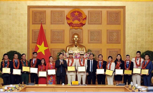 """Nguyễn Thị Minh Phượng (thứ 6 từ bên trái) nhận giải thưởng """"Cán bộ, công chức, viên chức trẻ, giỏi"""" toàn quốc lần thứ VII-2020 tại Hà Nội. Ảnh: CTV"""