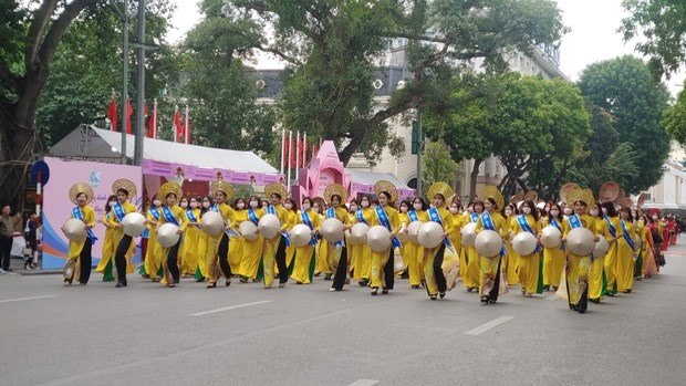 More than 500 women and girls in Ao Dai (Vietnamese traditional dress) join the parade in Hanoi. (Photo: VNA)