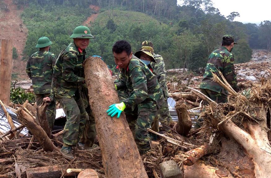 Công tác tìm kiếm nạn nhân mất tích đã tiếp tục bị tạm dừng do mưa lớn. Ảnh: lực lượng chức năng tìm kiếm người mất tích tại thôn 3 (thôn 6 cũ Phước Lộc) trước đó.