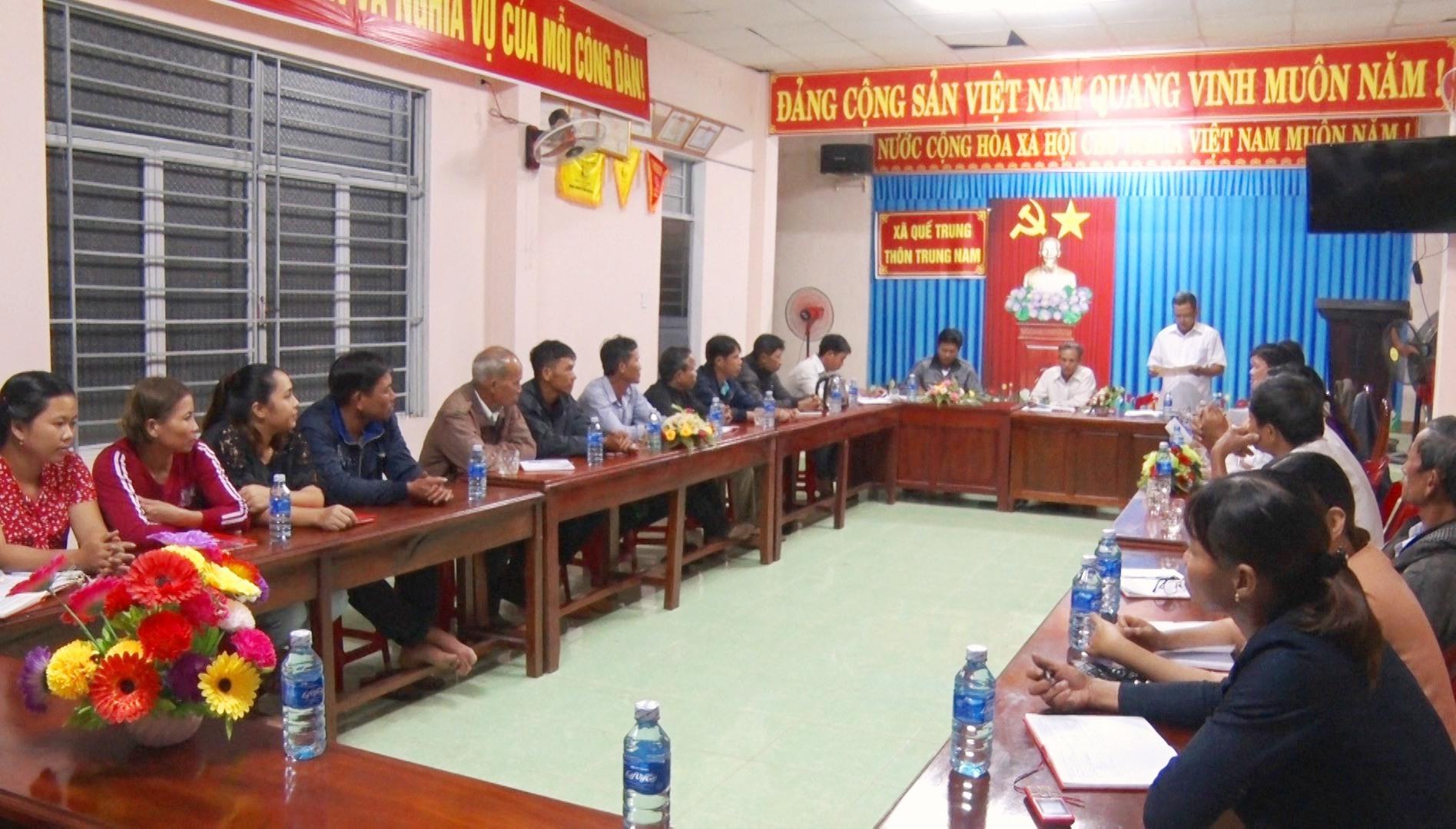 Buổi sinh hoạt định kỳ Chi bộ thôn Trung Nam (Quế Trung, Nông Sơn). Ảnh: MINH THÔNG