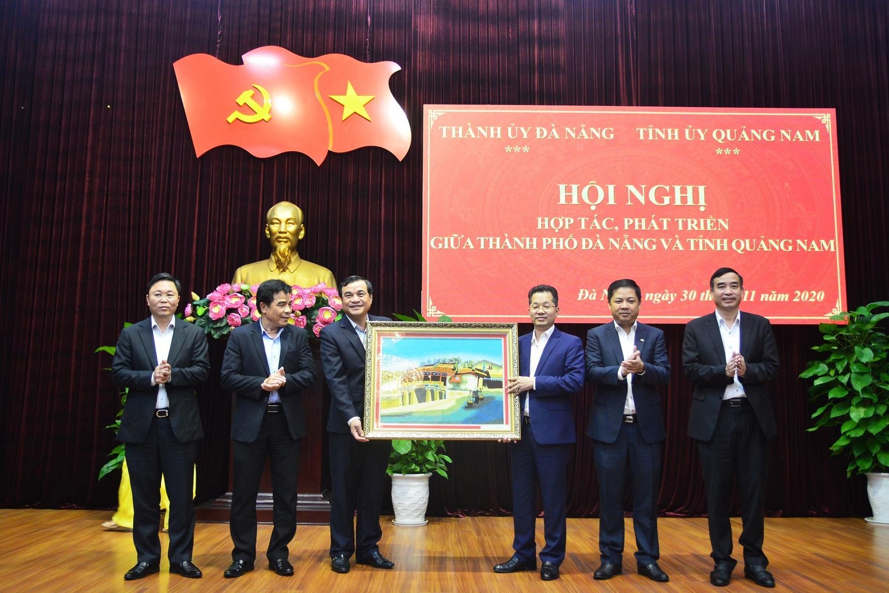 Thường trực Tỉnh ủy Quảng Nam tặng quà lưu niệm cho Thường trực Thành ủy Đà Nẵng. Ảnh: Q.T