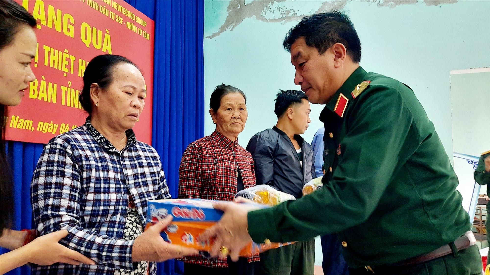 Thiếu tướng Trương Thiên Tô tặng quà cho người dân xã Tam Hòa (Núi Thành). Ảnh: Đ.ĐẠO