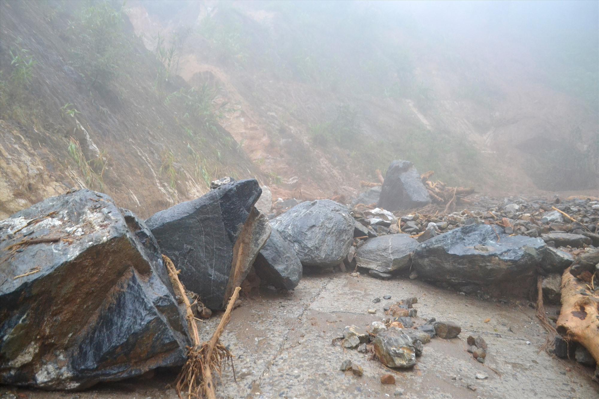 Lũ dữ cuốn trôi cả những tảng đá lớn trên mặt đường. Ảnh: CT