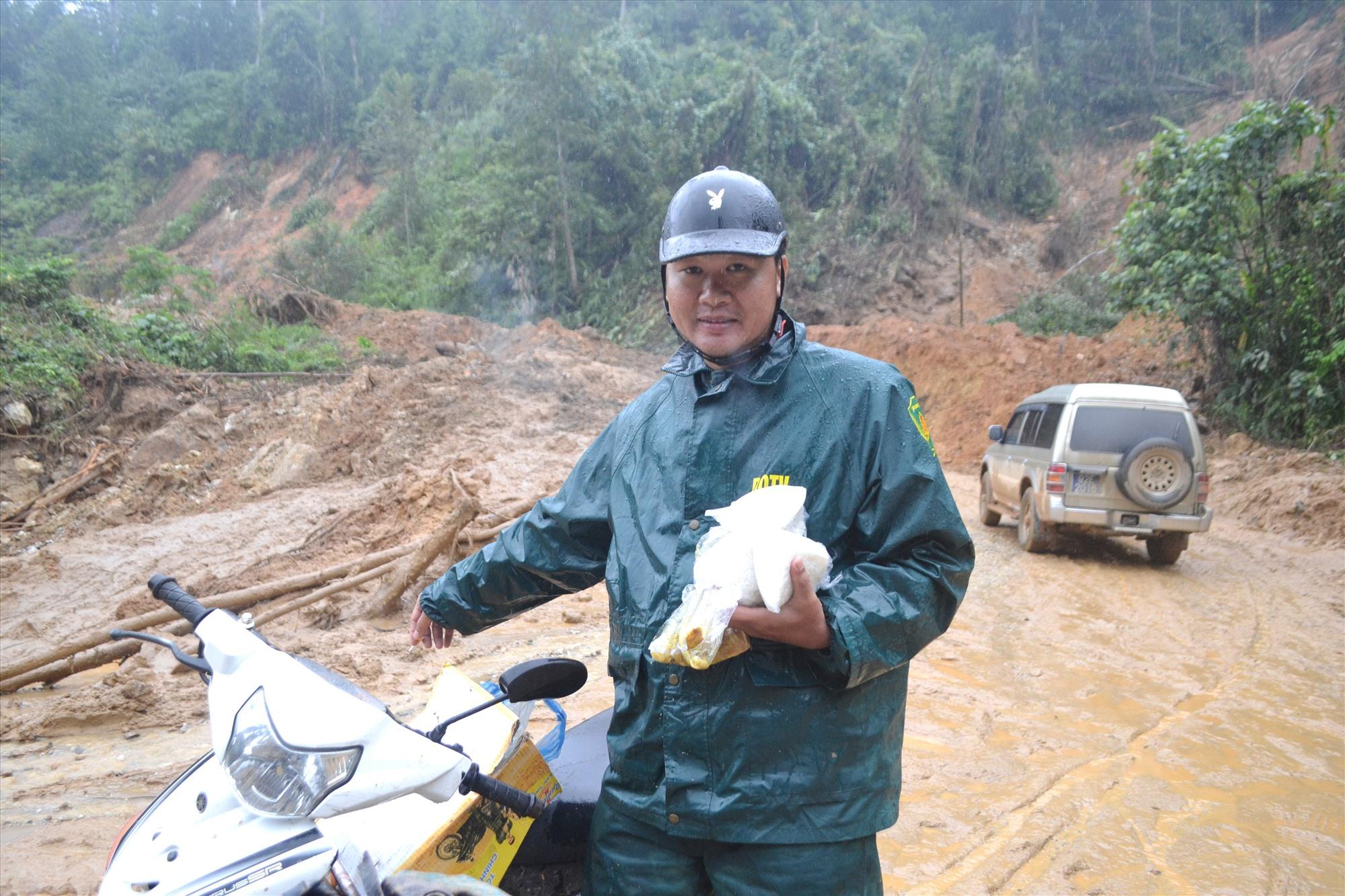 Mang cơm nấu ở nhà người dân tại trung tâm xã Phước Kim lên để đồng nghiệp lái xe máy ăn bữa. Ảnh: CT