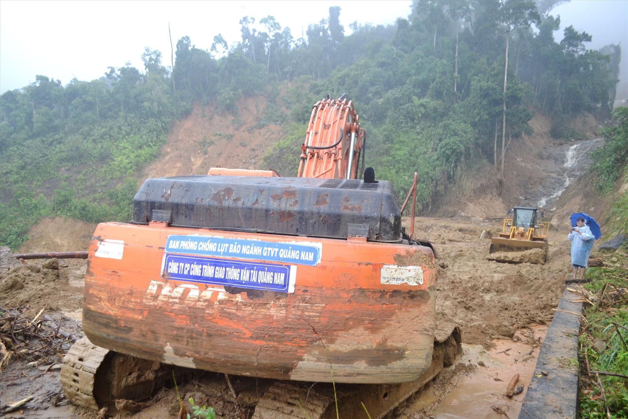 Phương tiện được Sở GTVT chi viện hỗ trợ khắc phục sạt lở giao thông tại Phước Sơn. Ảnh: CT