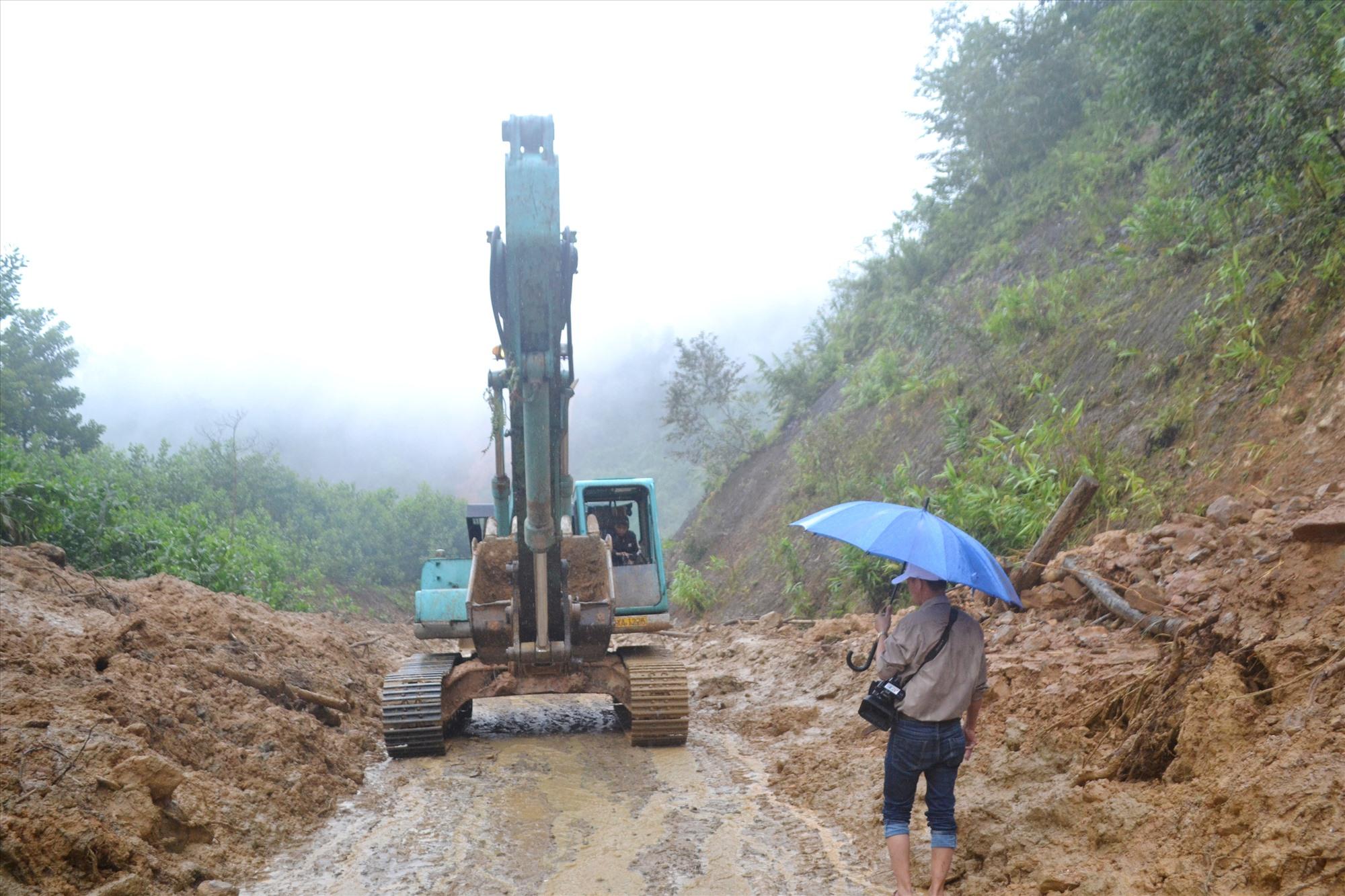 Thông xe bước một qua khỏi trung tâm xã Phước Kim. Ảnh: CT