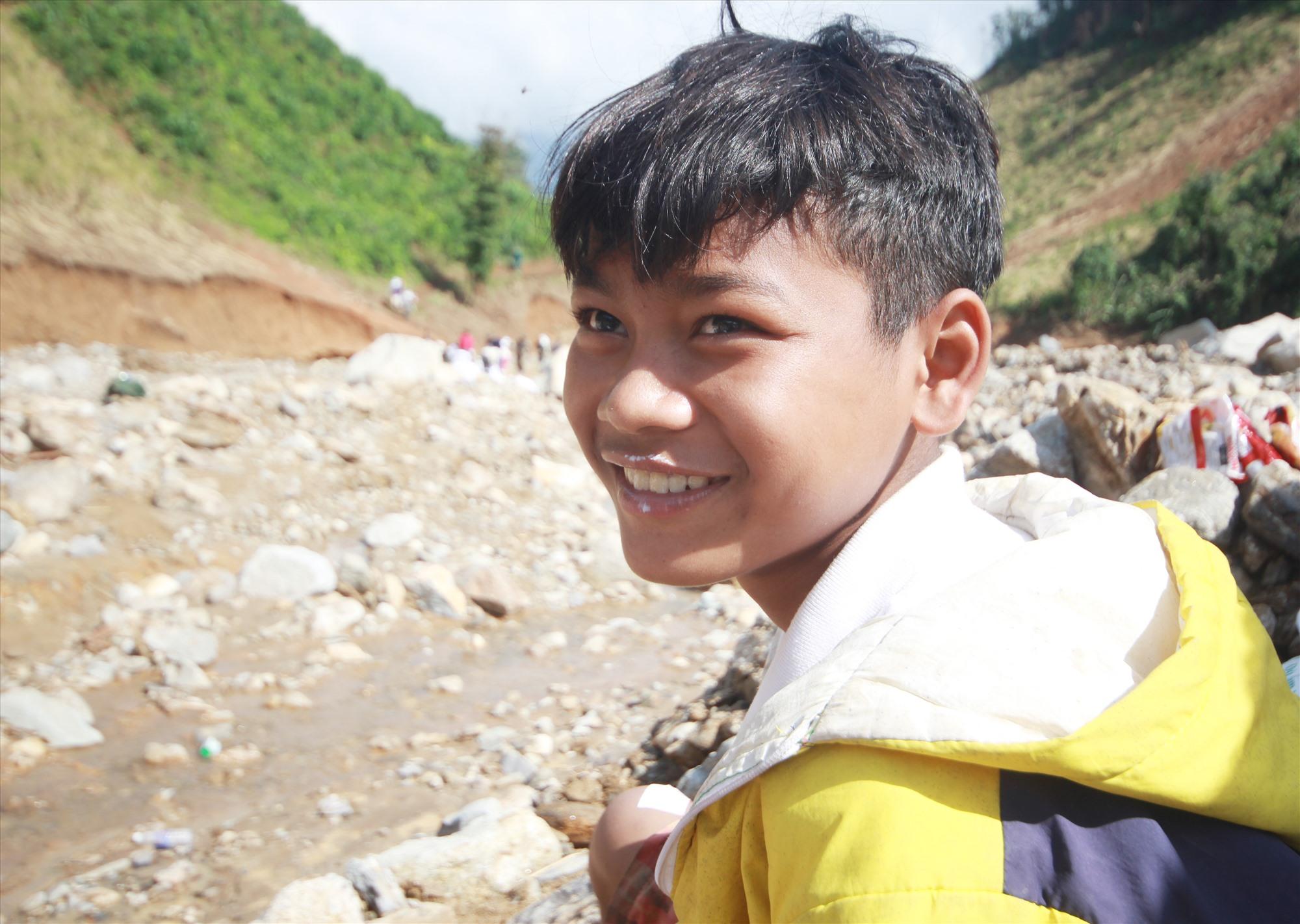 Nụ cười của Hồ Đình Nghĩa, cậu bé 14 tuổi tham gia đoàn gùi cõng. Ảnh: T.C