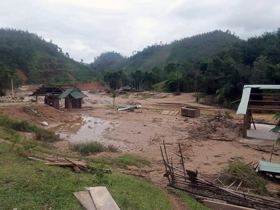 Làng Xànu ở thôn 1, xã Trà Ka (Bắc Trà My) hoang tàn sau bão số 9. Ảnh: T.H