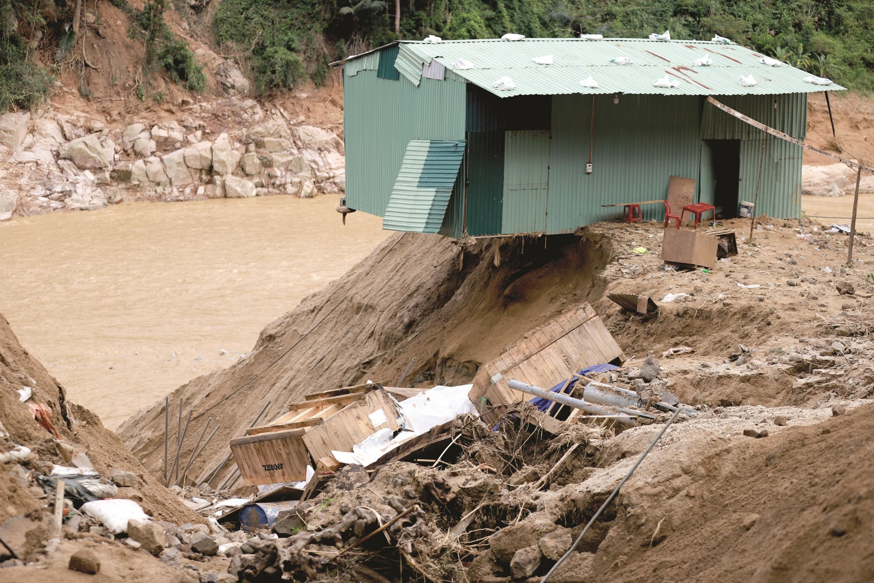 Một ngôi nhà bên sông ở xã Phước Công (Phước Sơn) đứng trước nguy cơ đổ sập sau lũ quét.Ảnh: T.C
