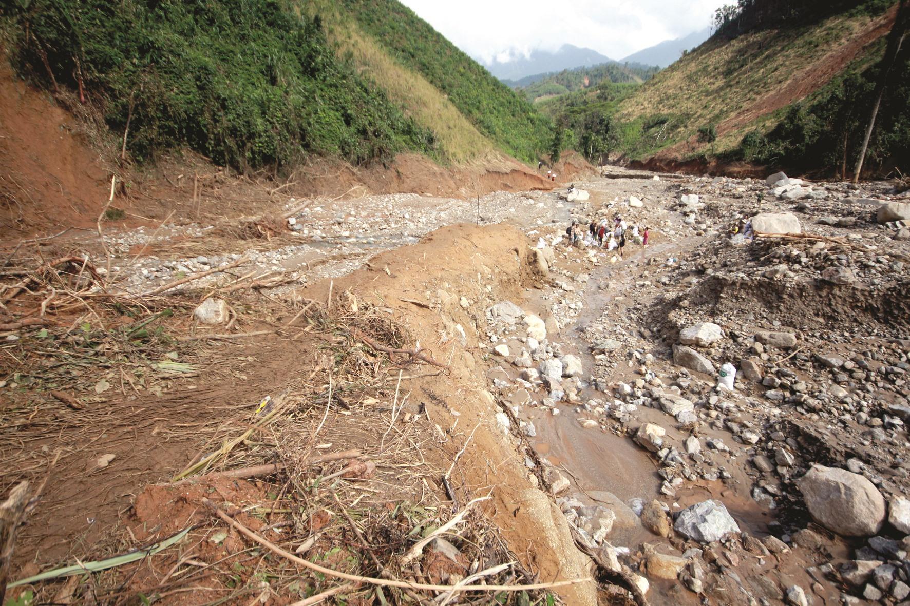 Ngổn ngang đá lớn bị lũ cuốn xuống lòng sông Trà Văn, địa phận giáp giới xã Phước Kim và Phước Thành. Ảnh: T.C