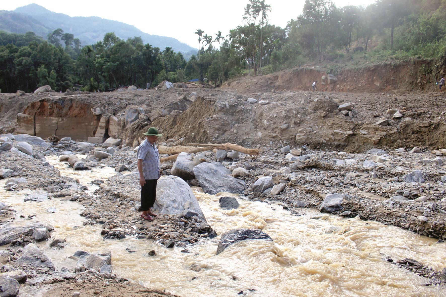 Phải mất rất nhiều thời gian, tiền bạc mới có thể khắc phục được hậu quả do lũ gây ra ở các địa bàn miền núi, đặc biệt với các dòng sông. Ảnh: N.T