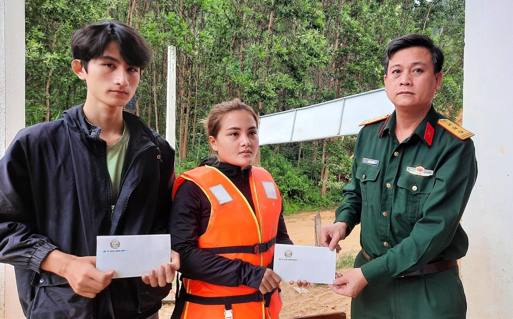 Bộ CHQS tỉnh trao tiền hỗ trợ của Bộ Tư lệnh Quân khu 7 cho gia đình các nạn nhân.