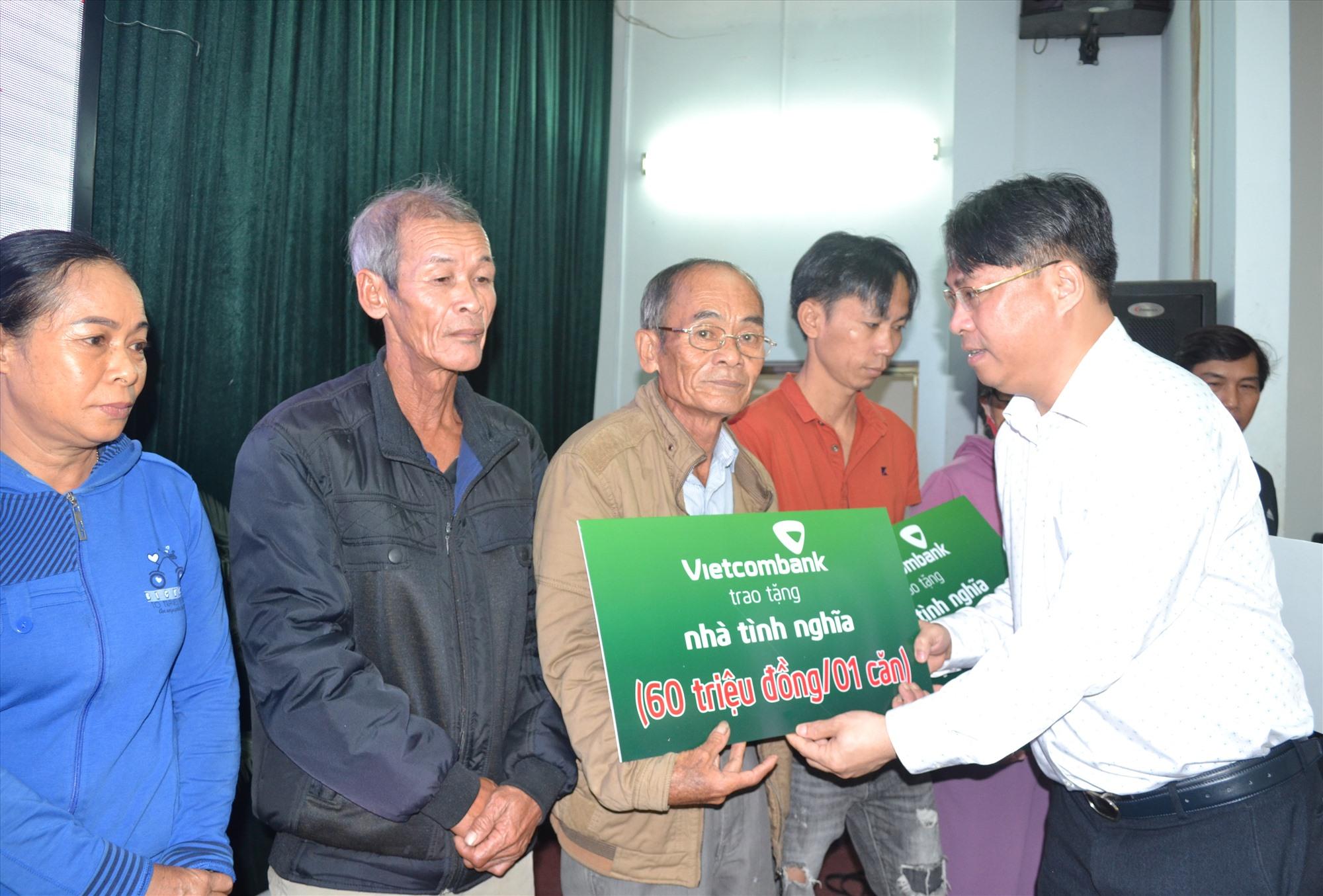 Ông Phan Thăng An trao biểu trưng nhà tình nghĩa đến các gia đình có công. Ảnh: VIỆT NGUYỄN