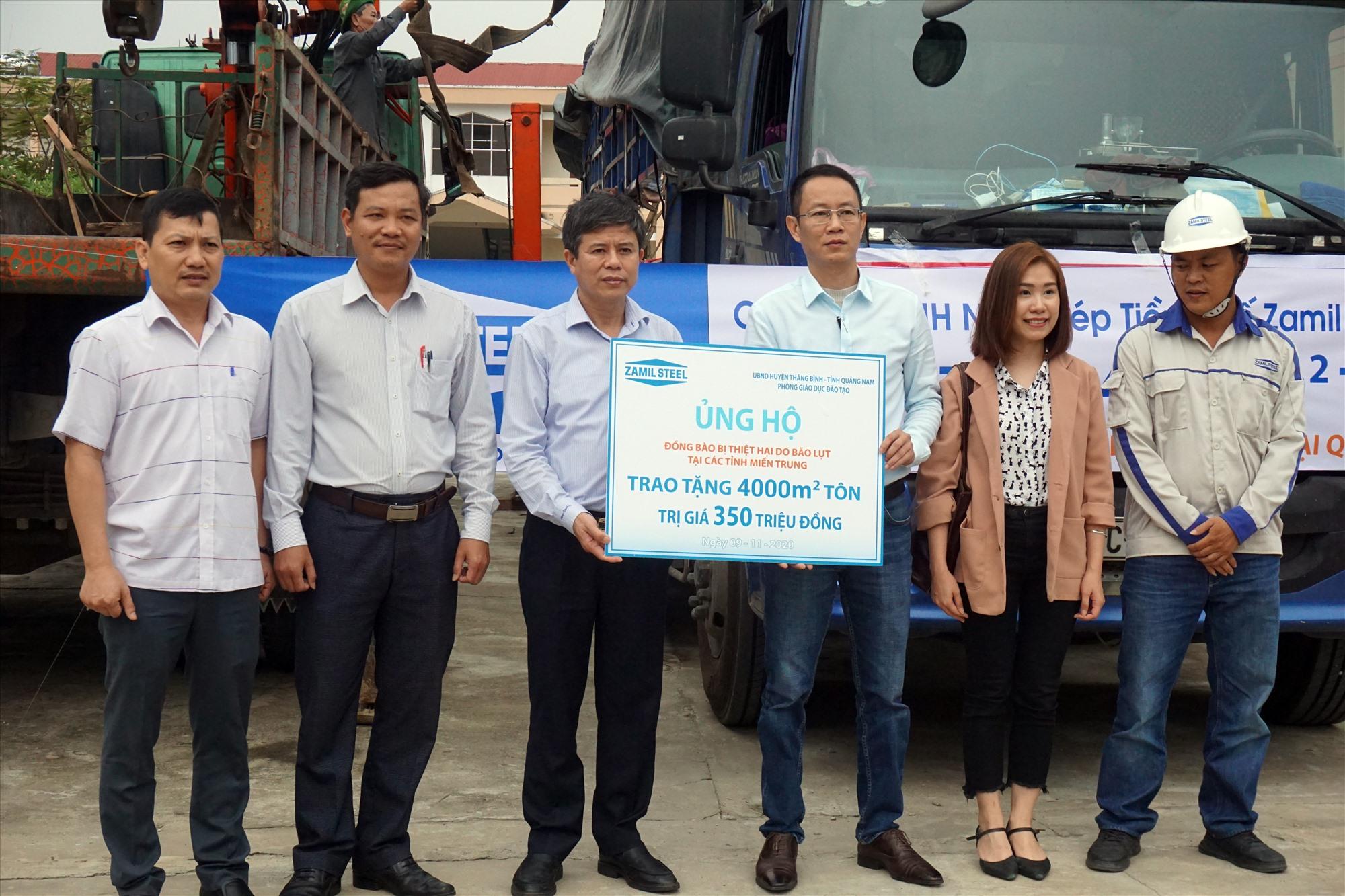 Huyện Thăng Bình tiếp nhận 4.000m2 tôn trị giá 350 triệu đồng từ phía Công ty TNHH Nhà Thép Tiền chế Zamil Việt Nam.