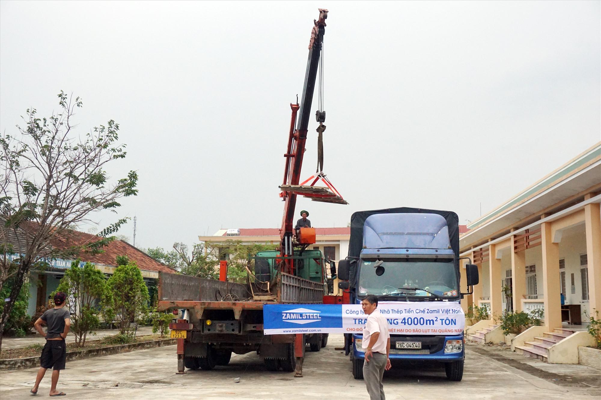 Toàn bộ số tôn mà phía Công ty TNHH Nhà Thép Tiền chế Zamil Việt Nam sẽ được chuyển về cho các trường bị thiệt hại do bão để tiến hành lợp ngay.